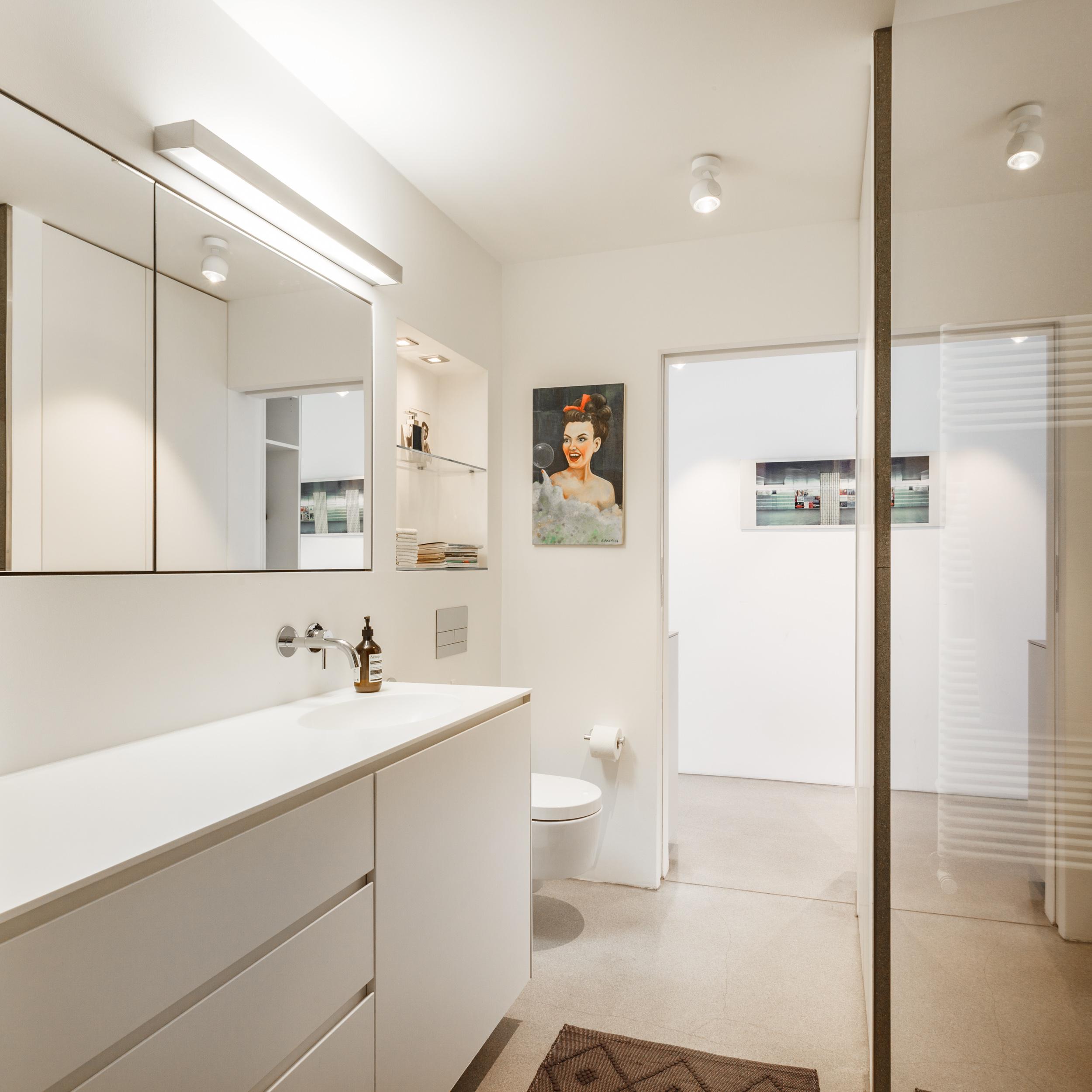 Monochromes Designer Badezimmer #spiegelschrank #off...