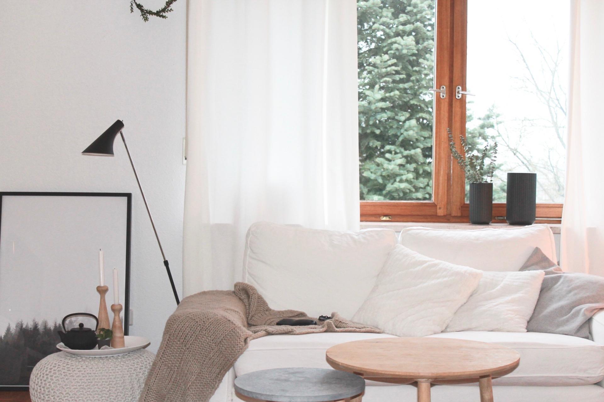 Morgendmmerung Holztisch Wohnzimmer Vase Stehlampe Kissen Ikea Sofa C