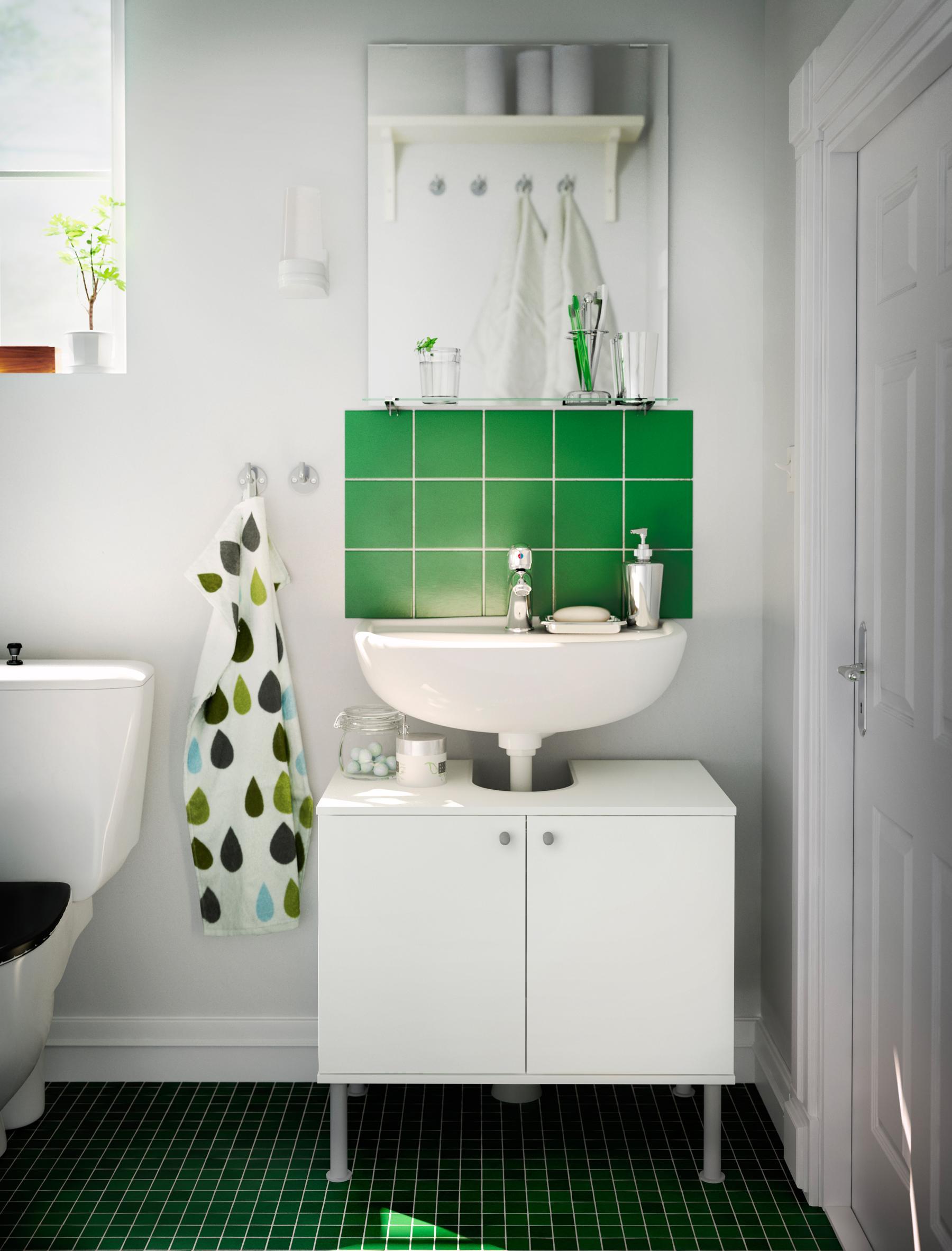 Mosaikfliesen Und Grüne Dekoelemente Im Weißen Badezimmer #ikea  #waschbeckenunterschrank ©Inter IKEA Systems B.V