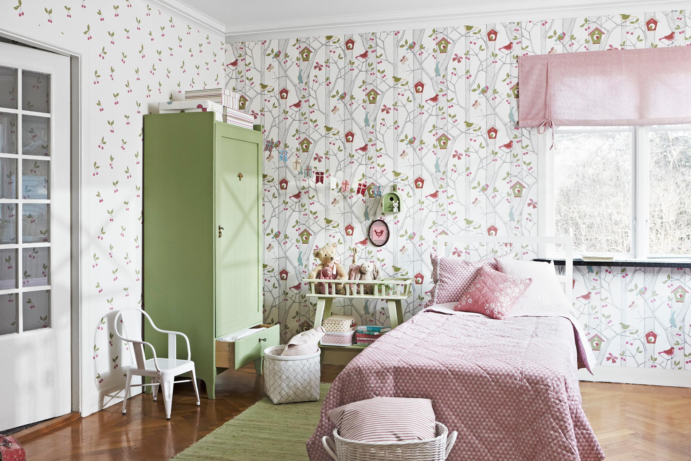 Mustertapete Im Floralen Design #schrank #raffrollo #mustertapete  #jugendzimmermädchen ©Boras Tapeter
