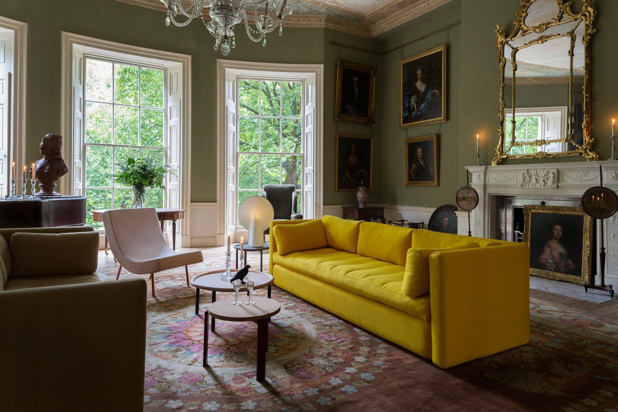 Neobarockes Wohnzimmer Mit Gelbem Sofa Aufpeppen #couchtisch #teppich # Wohnzimmer #spiegel #kronleuchter