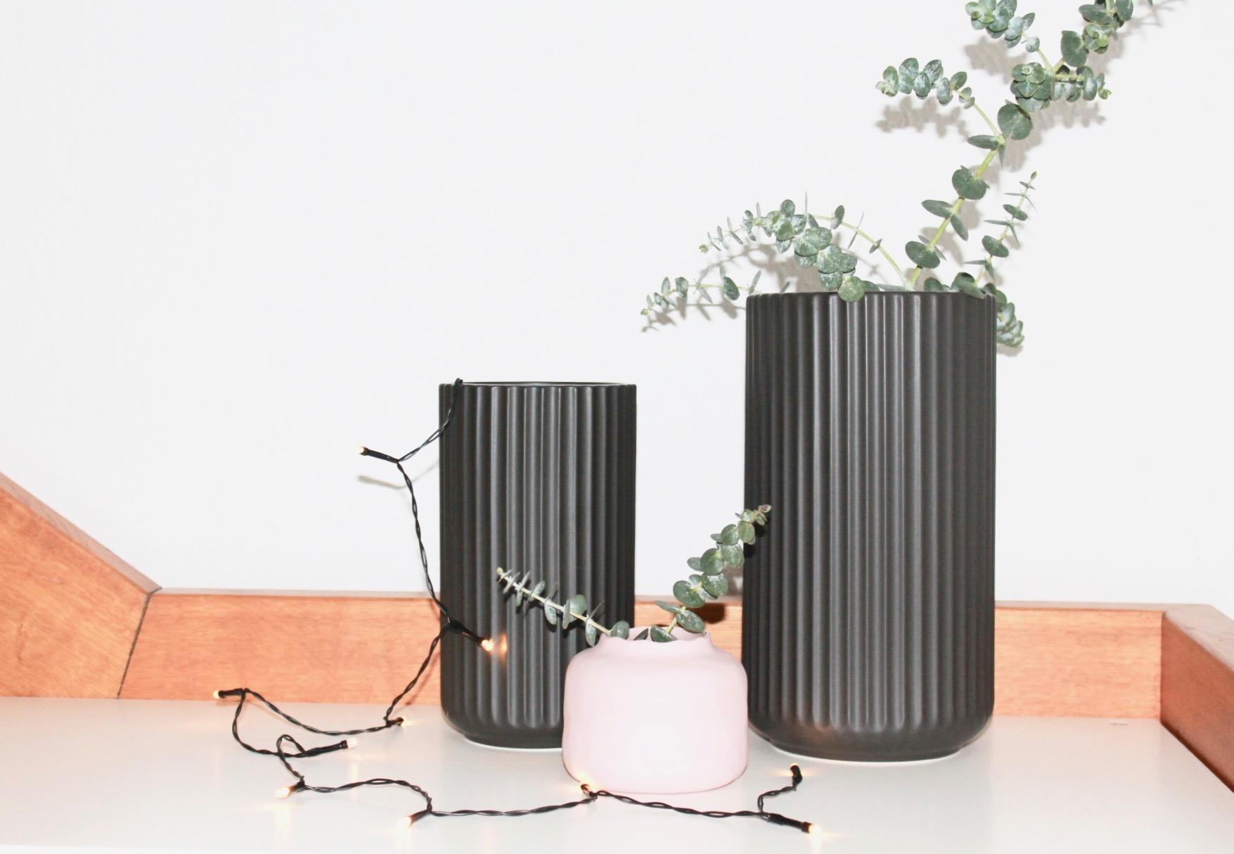 Neues Trio #regal #wohnzimmer #vase #treppenhaus ©www.koenigskram.de