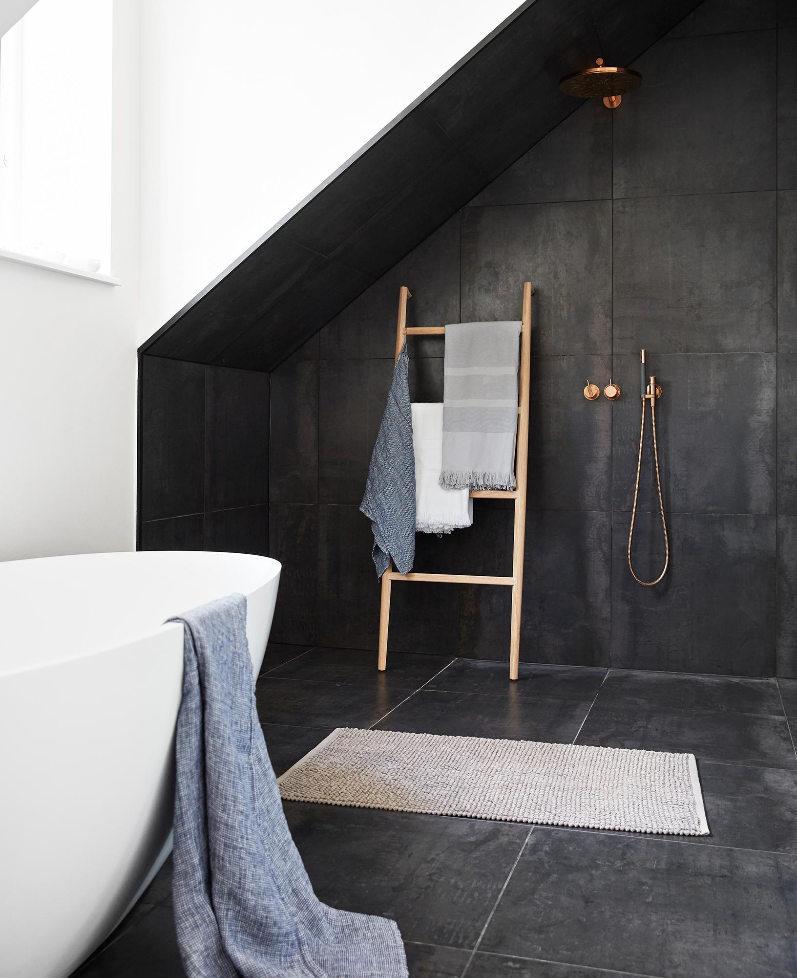Offene Dusche Im Modernen Badezimmer #teppich #badewanne #badezimmer  #dachgeschoss #offenedusche #