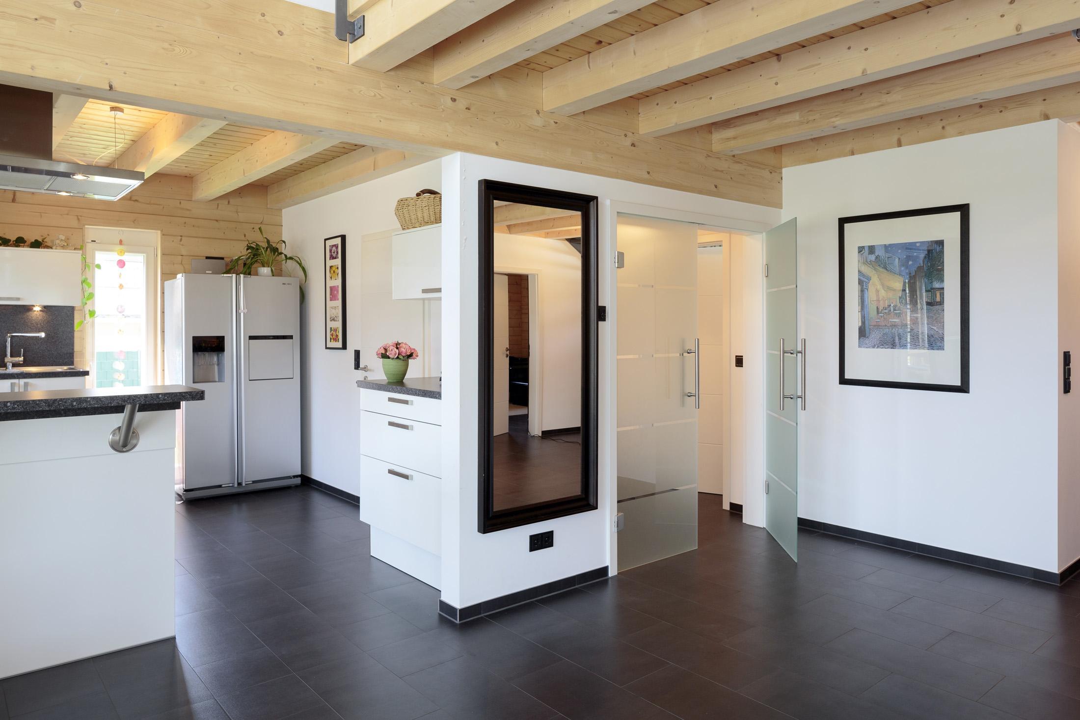 offene k che fliesen spiegel holzdecke holzbalke. Black Bedroom Furniture Sets. Home Design Ideas