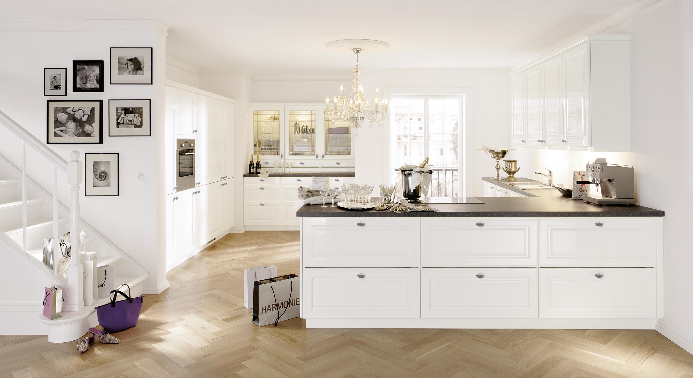 Offene Küche in Weiß #arbeitsplatte #bilderrahmen #k...