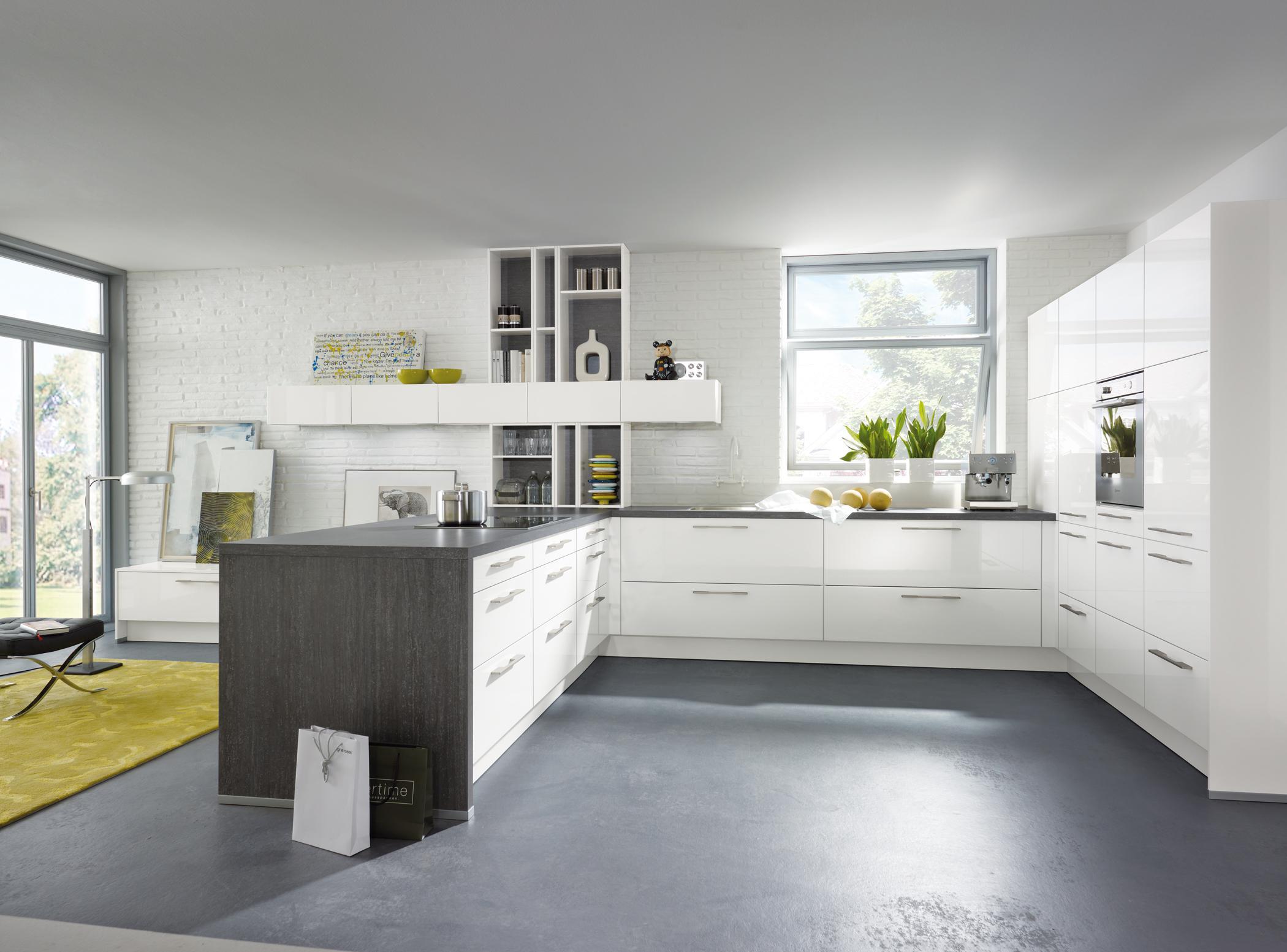 Offene Küche mit weißen Schränken #wohnküche #wandre...