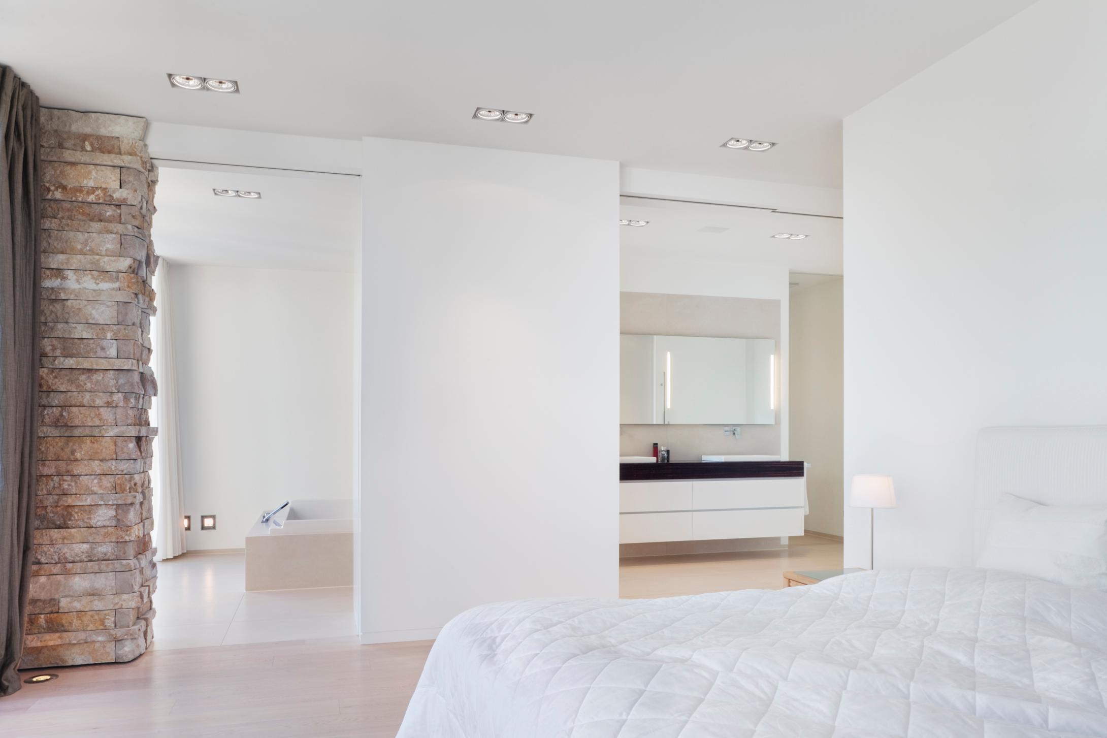 Offenes Badezimmer, Bad en-suite #bett #badezimmer #...