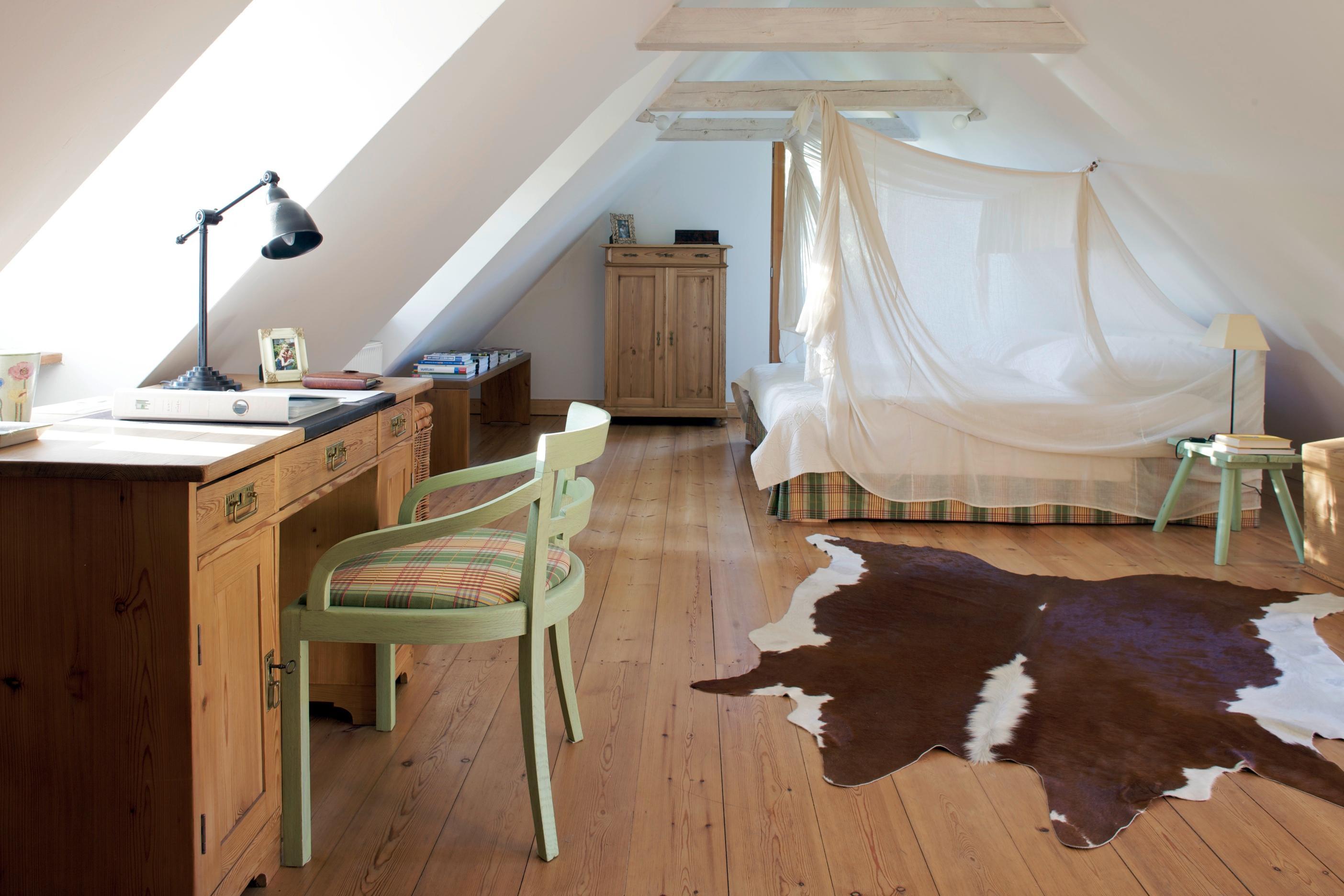 Offenes Schlafzimmer Mit Arbeitsplatz Bett Landhau