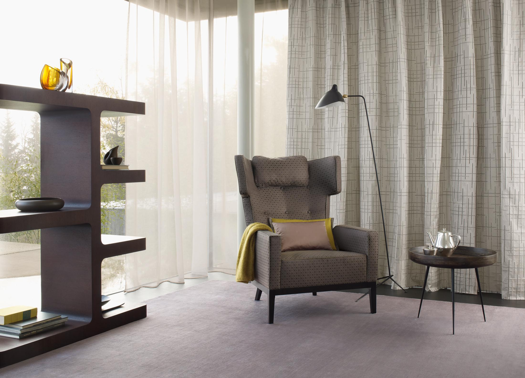 ohrensessel im retro look fensterfront beistelltis. Black Bedroom Furniture Sets. Home Design Ideas