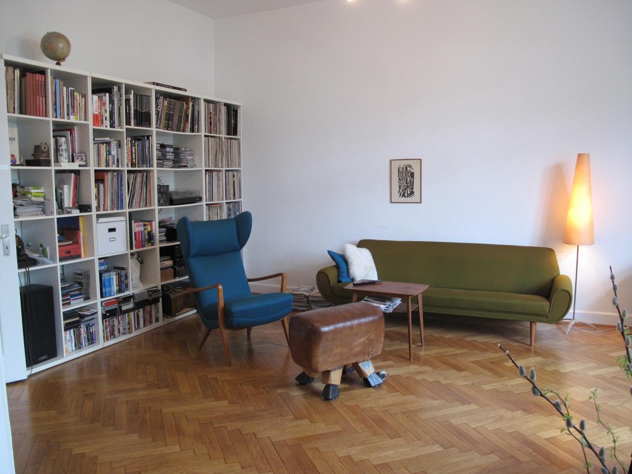 Ohrensessel Und Sprung Bock Hocker Im Wohnzimmer #vintage #ohrensessel  #grünessofa ©
