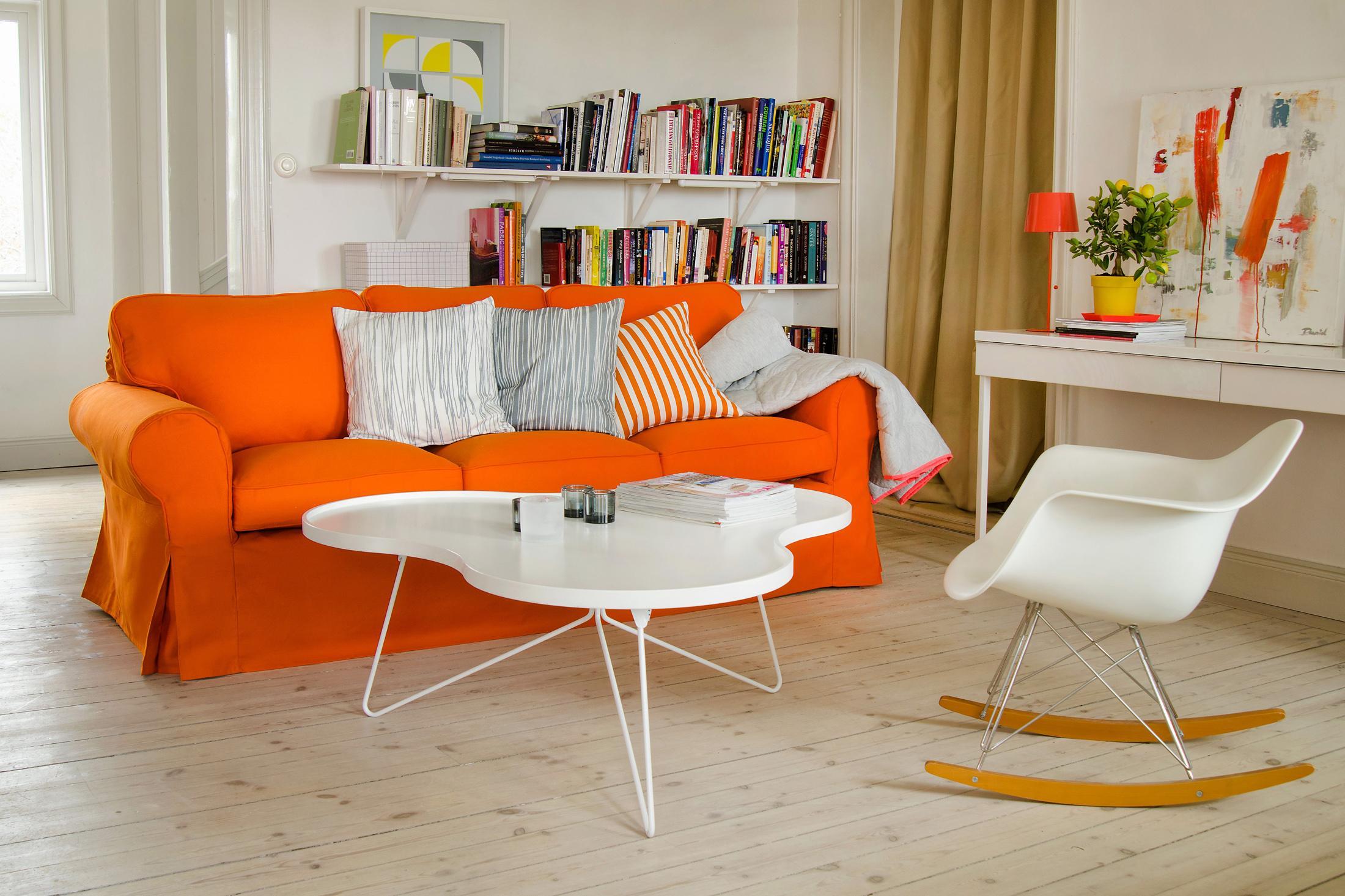 Orangefarbenes Sofa Im Wohnzimmer Couchtisch Regal Schreibtisch Kissen Ikea Schaukelstuhl