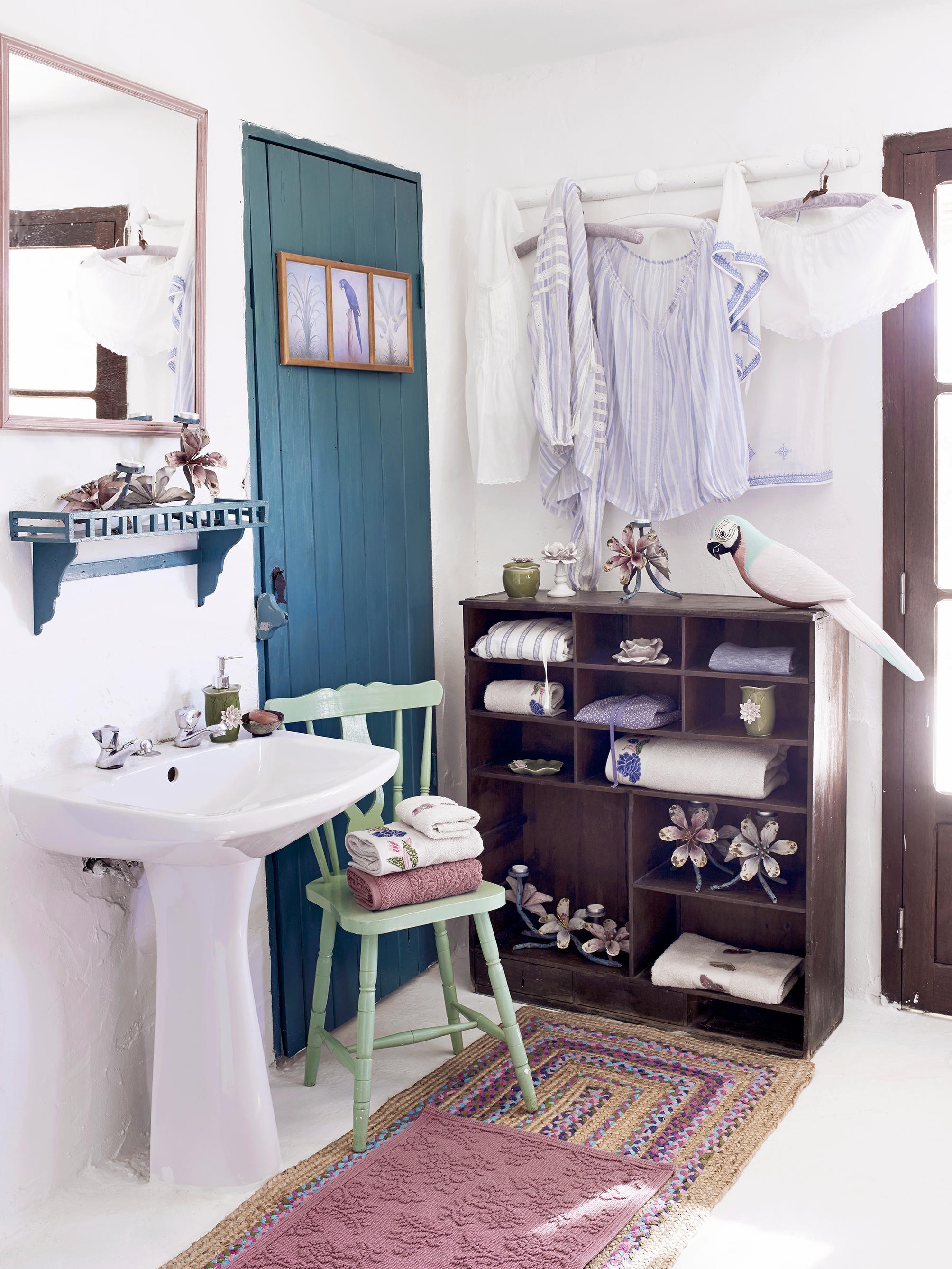 Ordnung Im Badezimmer Schaffen Stuhl Teppich Spie