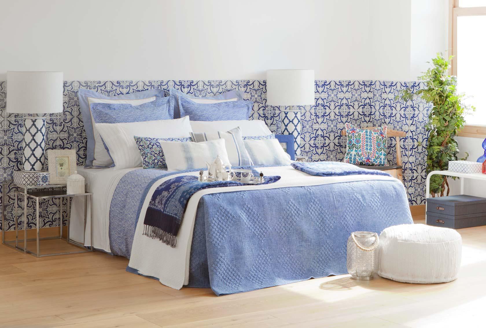 ornamente auf der tapete bett nachttisch musterta. Black Bedroom Furniture Sets. Home Design Ideas