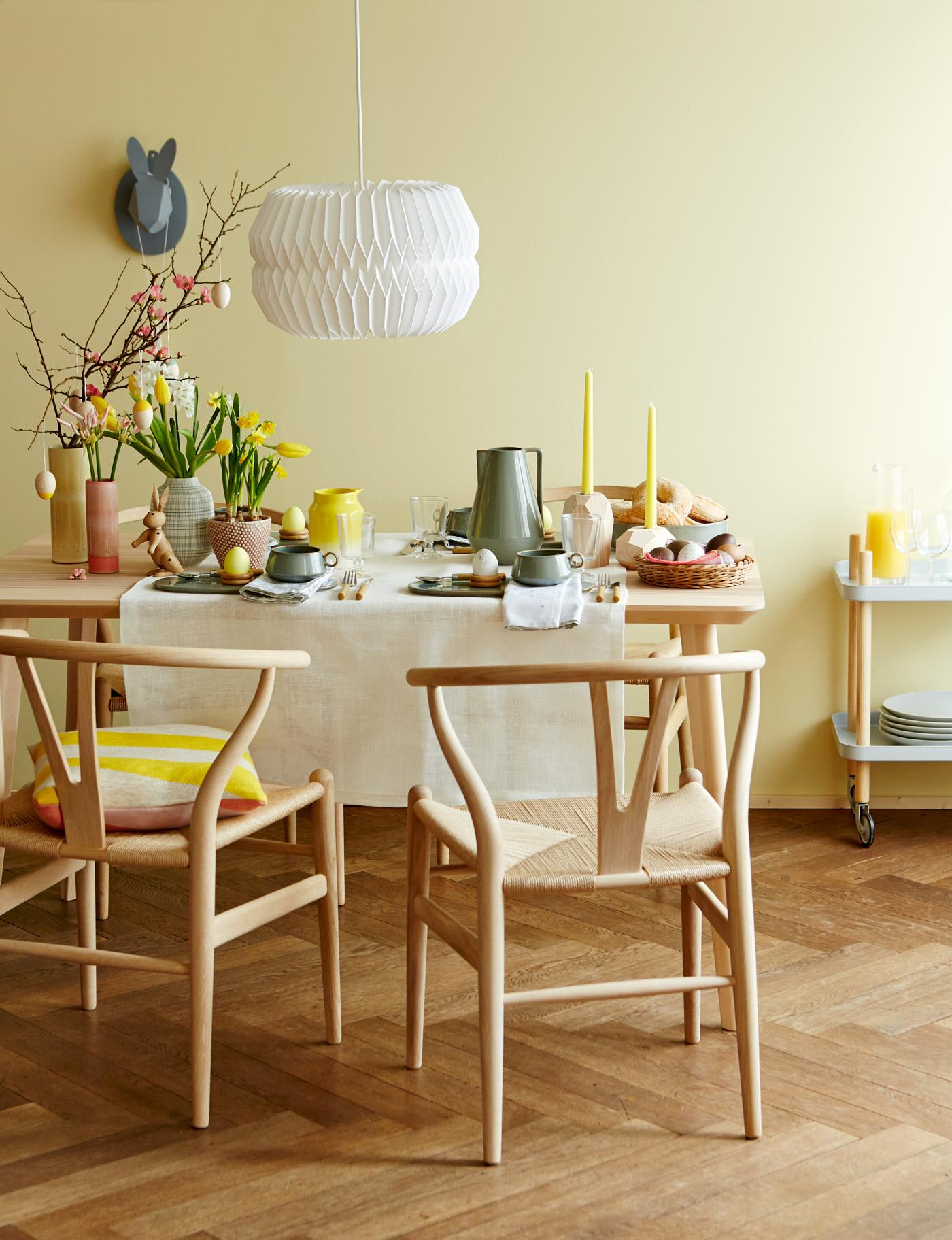 Ostertafel #pendelleuchte #osterdeko ©Living at Home/Julia Hoersch