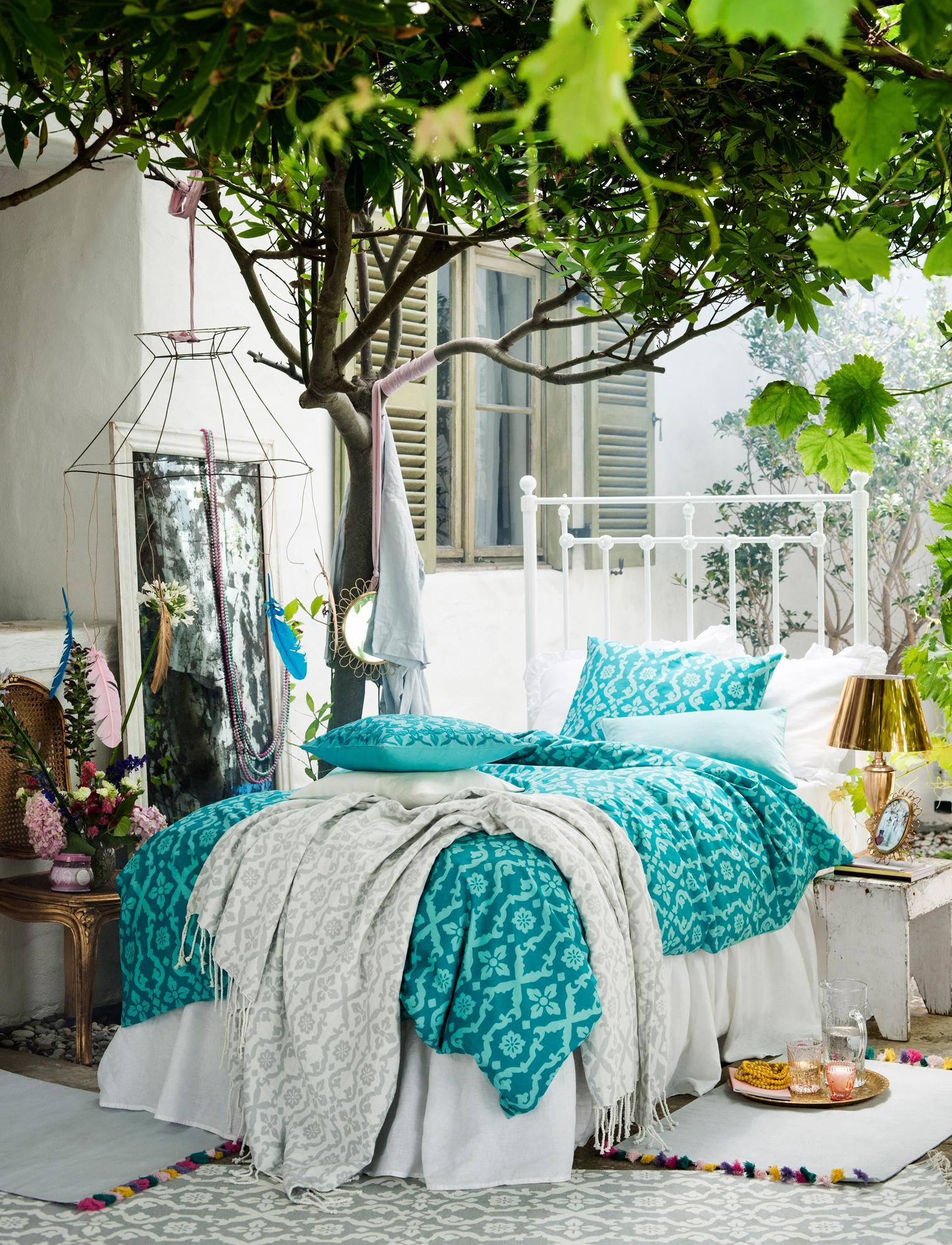 outdoor bett auf der terrasse beistelltisch bett. Black Bedroom Furniture Sets. Home Design Ideas