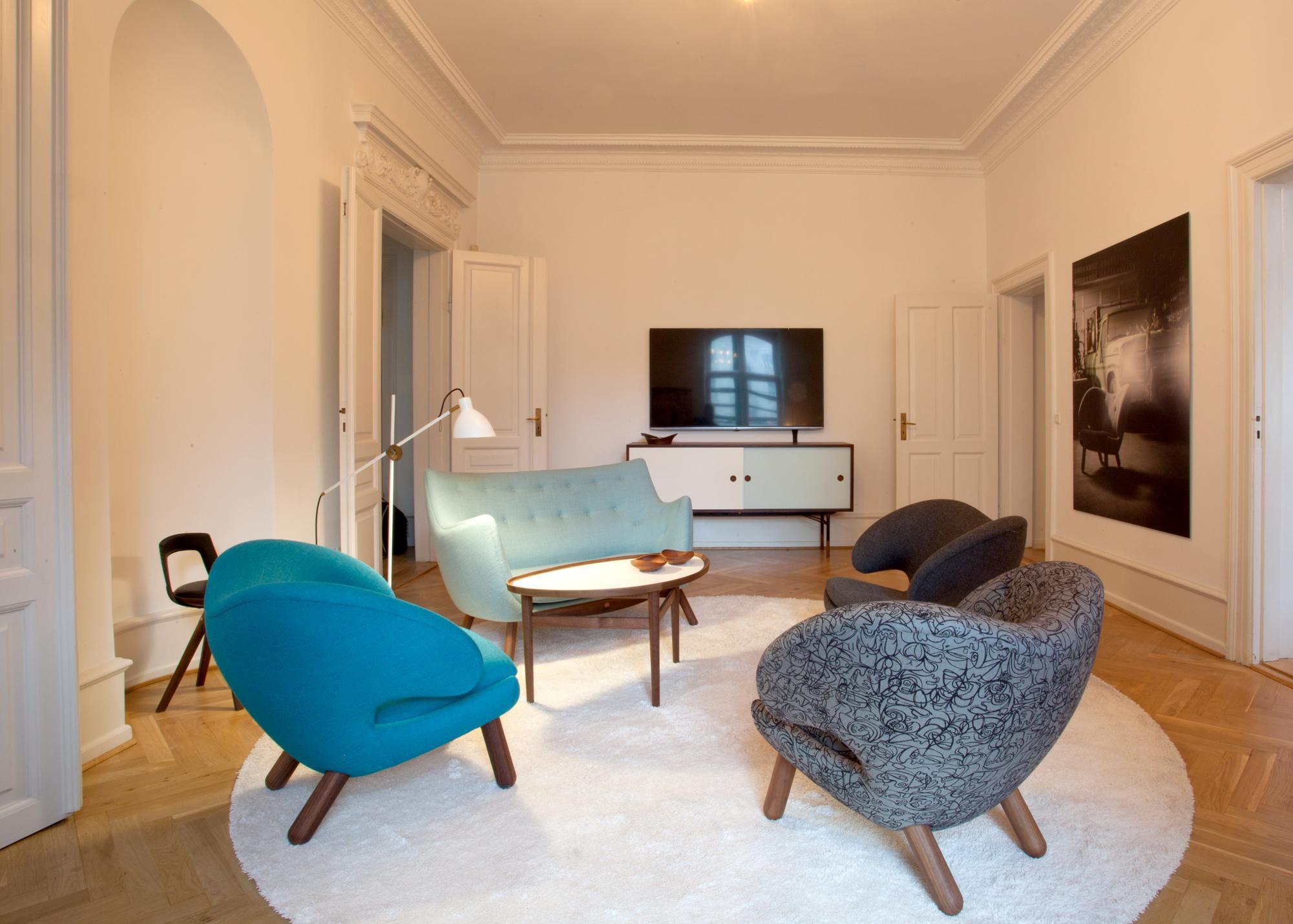 Pelikan Sessel Als Elegante Sitzgruppe Teppich Wohnzimmer Blauessofa COnecollection Finn Juhl