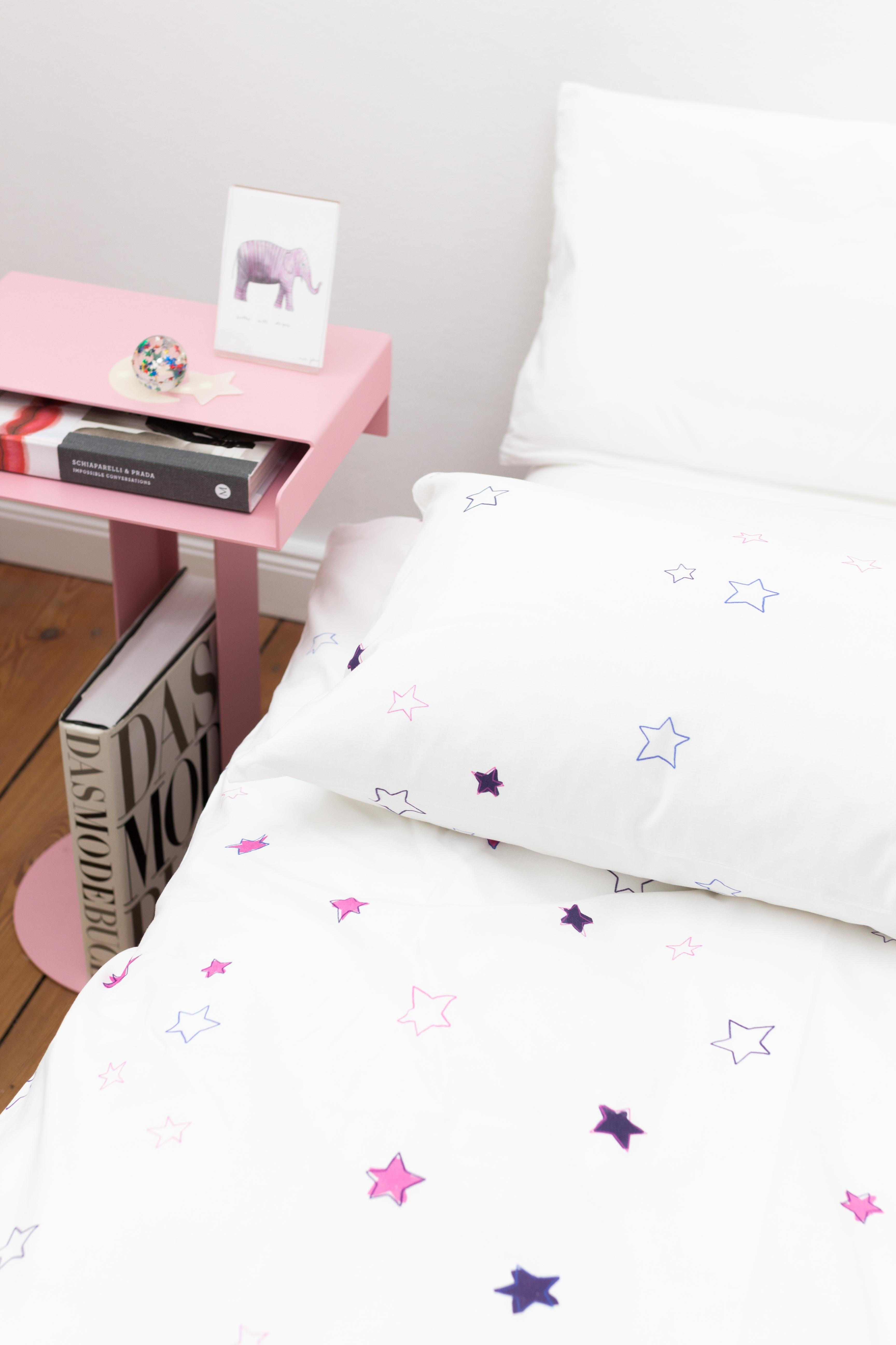 "Pink aber cool. Shiny Stars Bettwäsche in Pink/Blau. Definitiv ""too cool for school"". #kathacovers #shinystars #cotton"