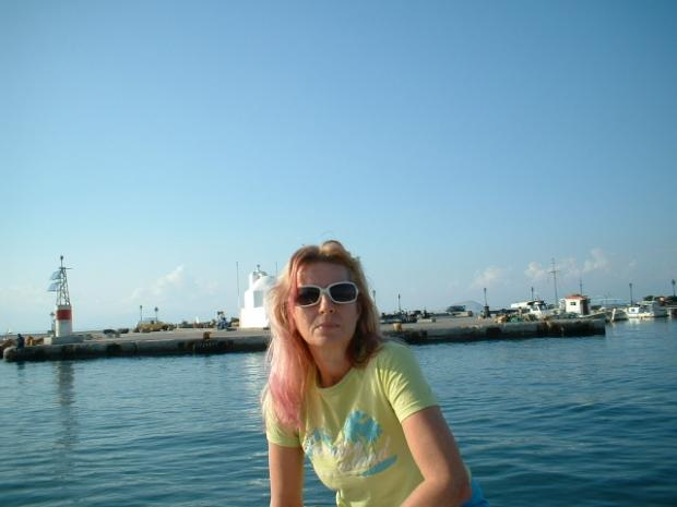 pink hair, white glasses, blue blue sea