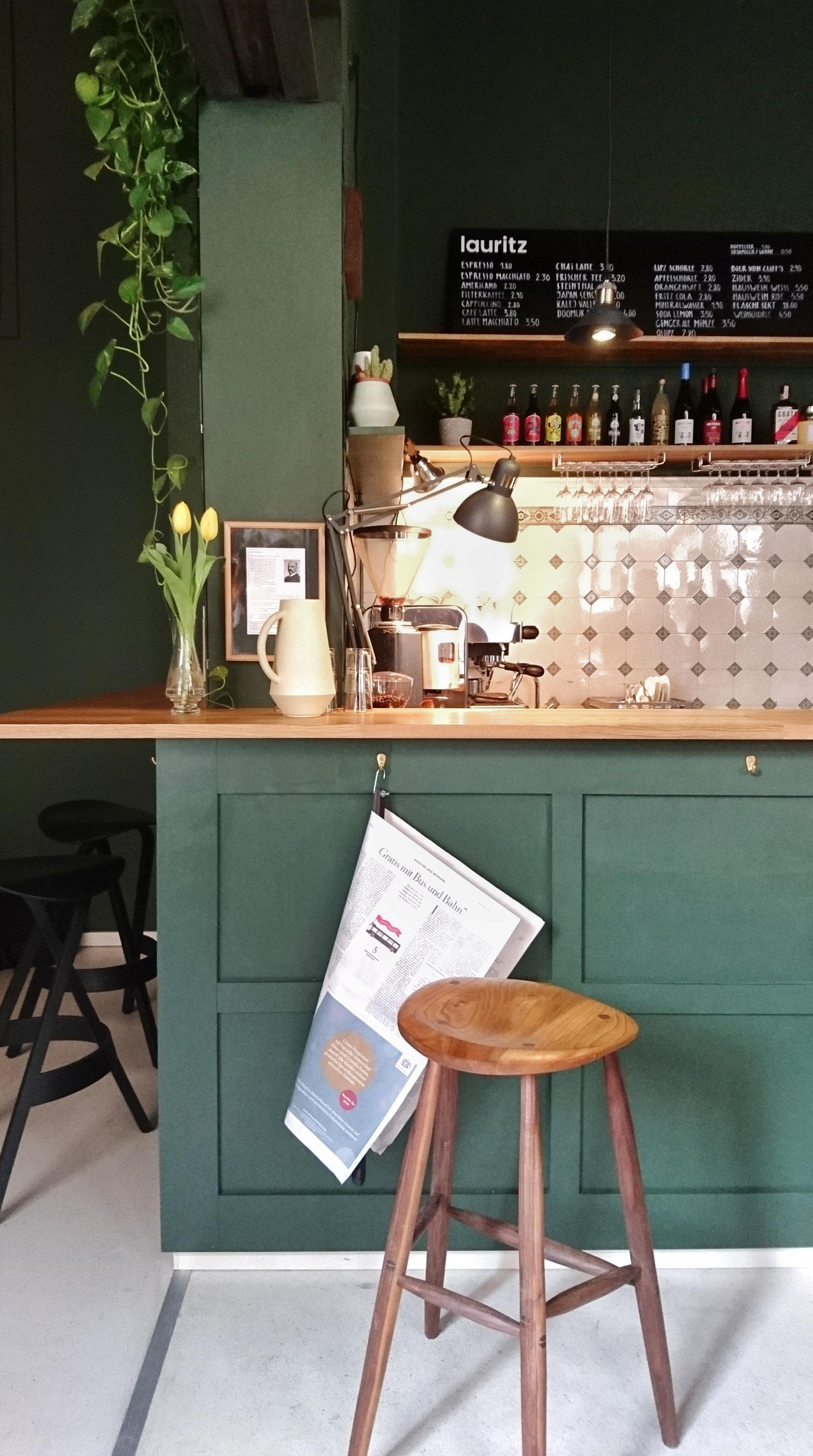 Produktdesign und #Kaffee im Café Lauritz  in Leipzig #interior #urbanjungle #hocker #lampe