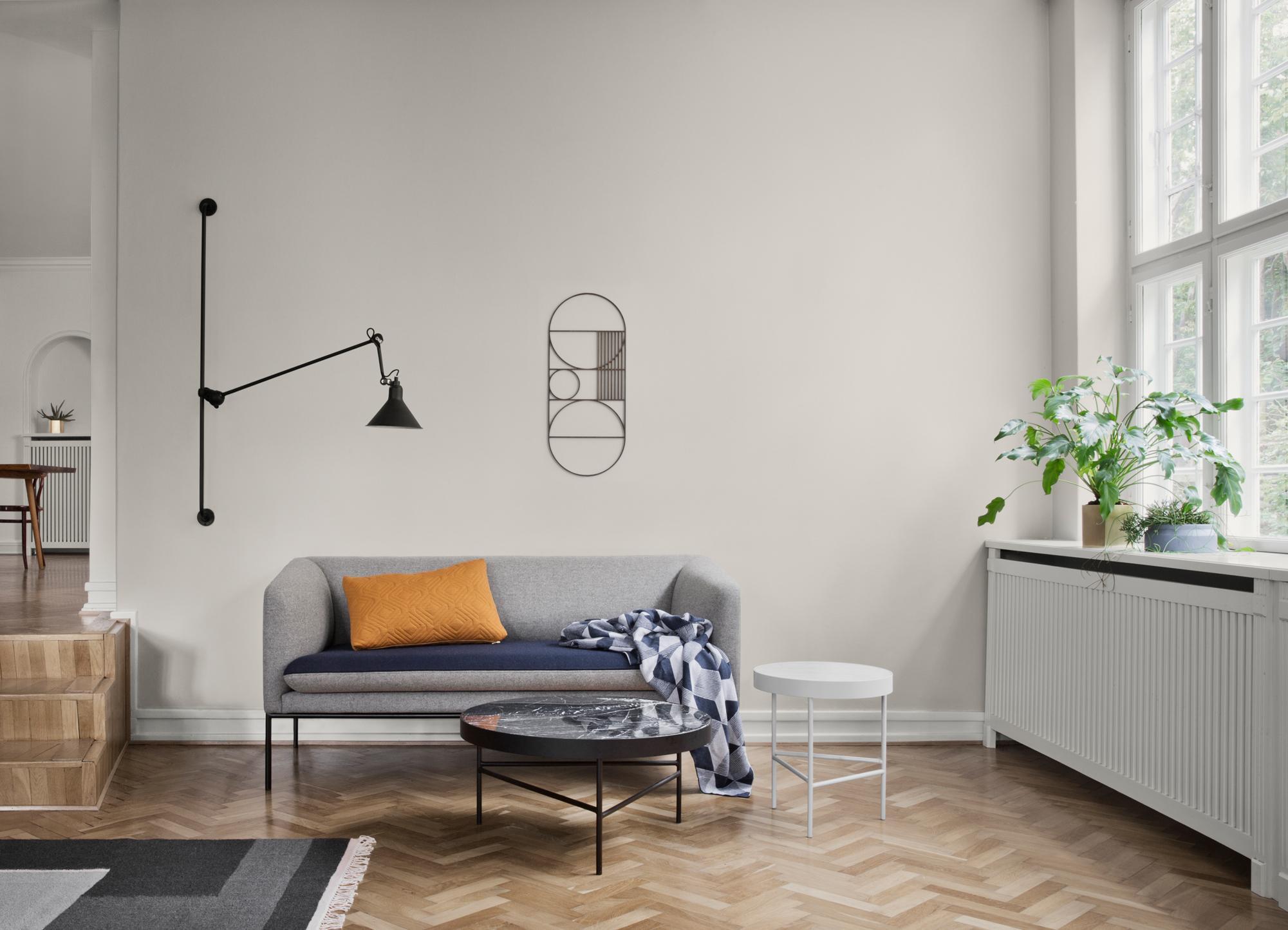 Puristischer Chic Im Wohnzimmer #couchtisch #beistelltisch #teppich # Wohnzimmer #wandleuchte #ikea