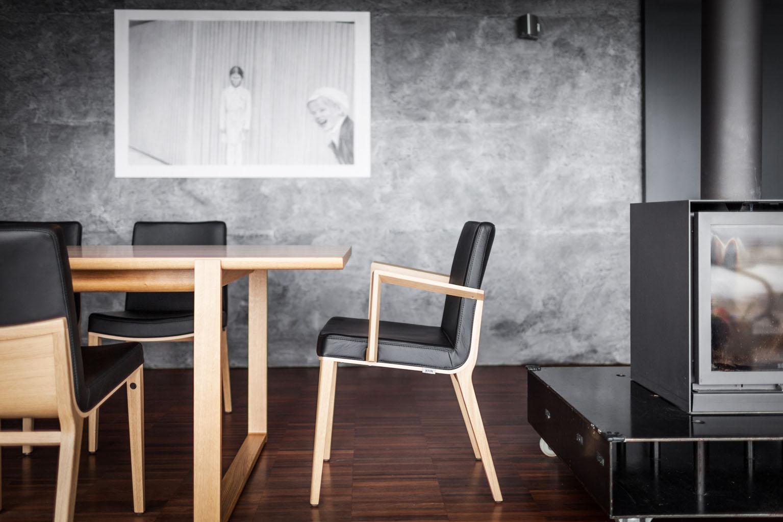Raumgestaltung In Schwarz #kamin #esstisch #grauewandgestaltung #designwand  ©Ton