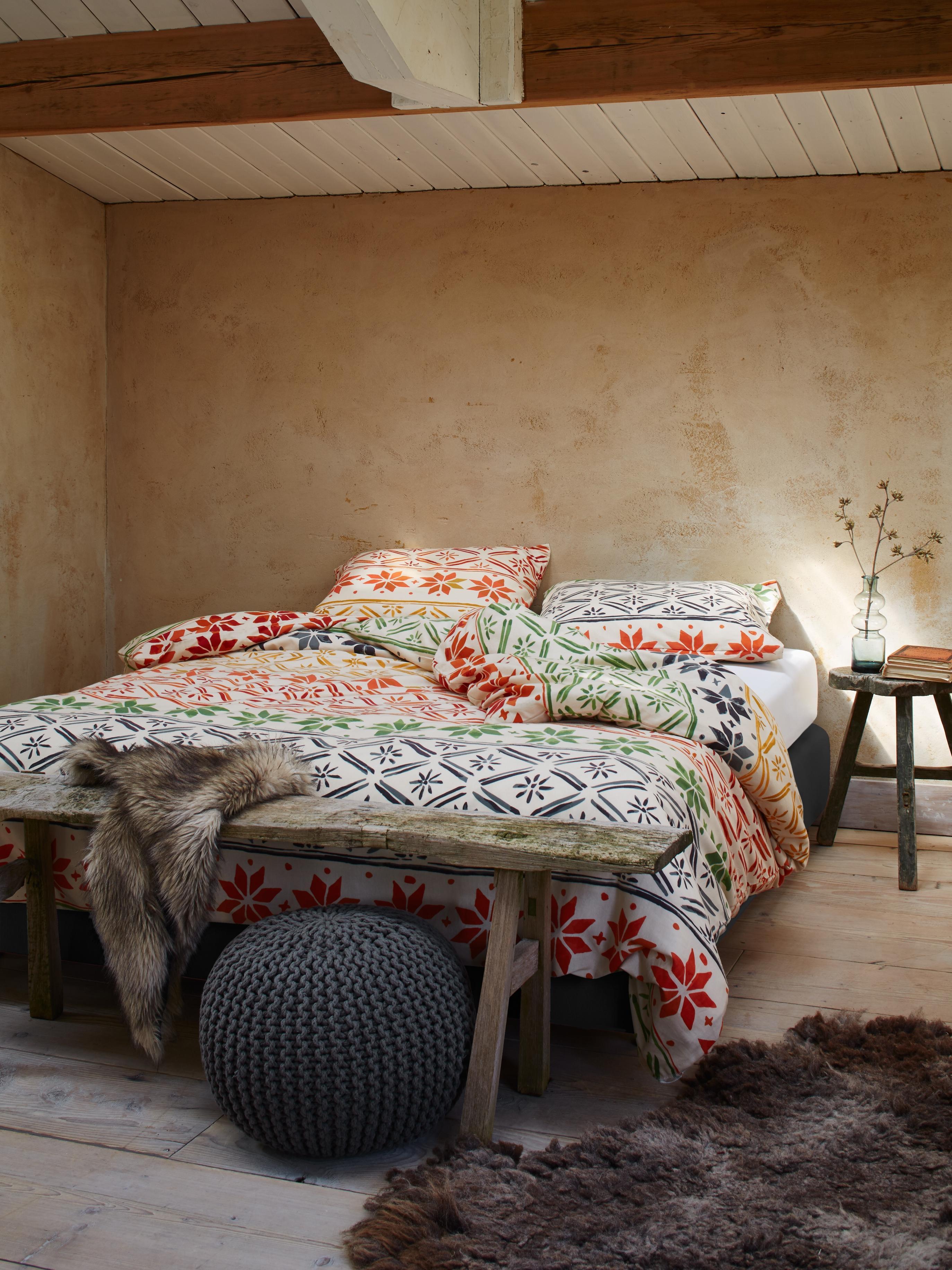 Rauputz Im Schlafzimmer #bett #bettwäsche #grauerpouf #zimmergestaltung  ©Essenza Home/Vanezza