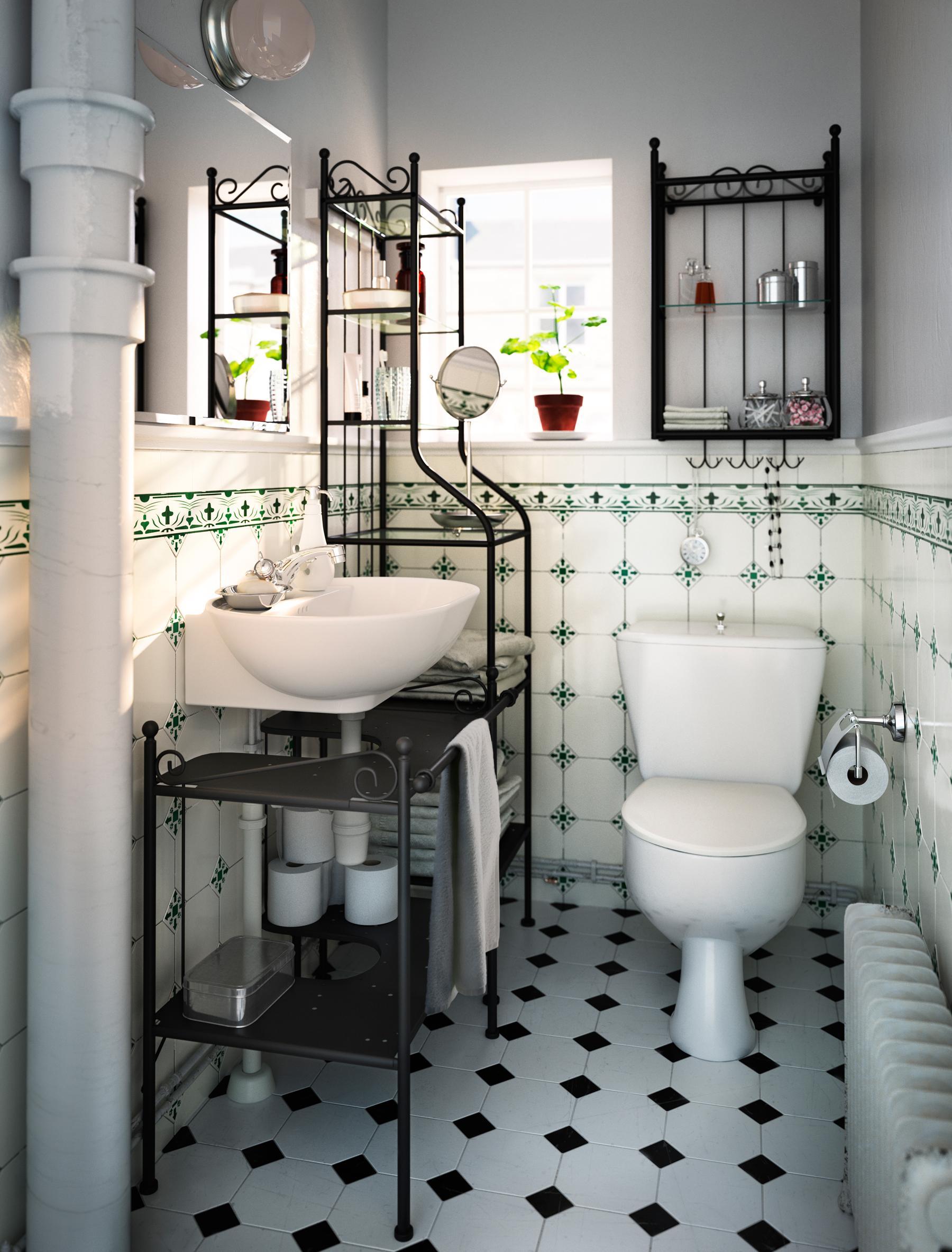 Regal Aus Geschwungenem Metall Und Gemusterte Fliesen Im Romantischen  Badezimmer #toilette #badezimmerablage #schwarzweißefliesen