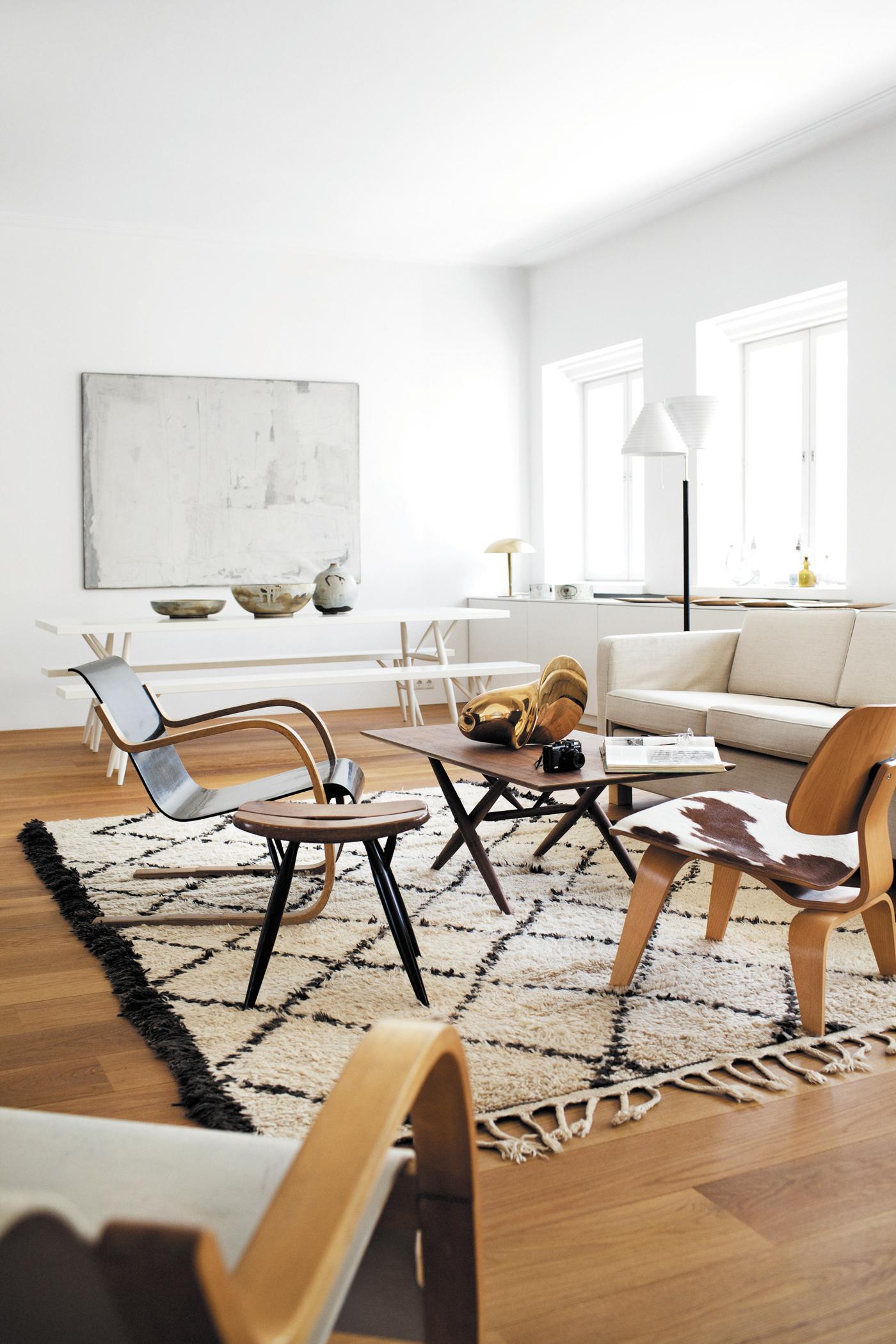 Retro-Look durch Holzstühle und Erdtönen #stuhl #ekl... • COUCHstyle