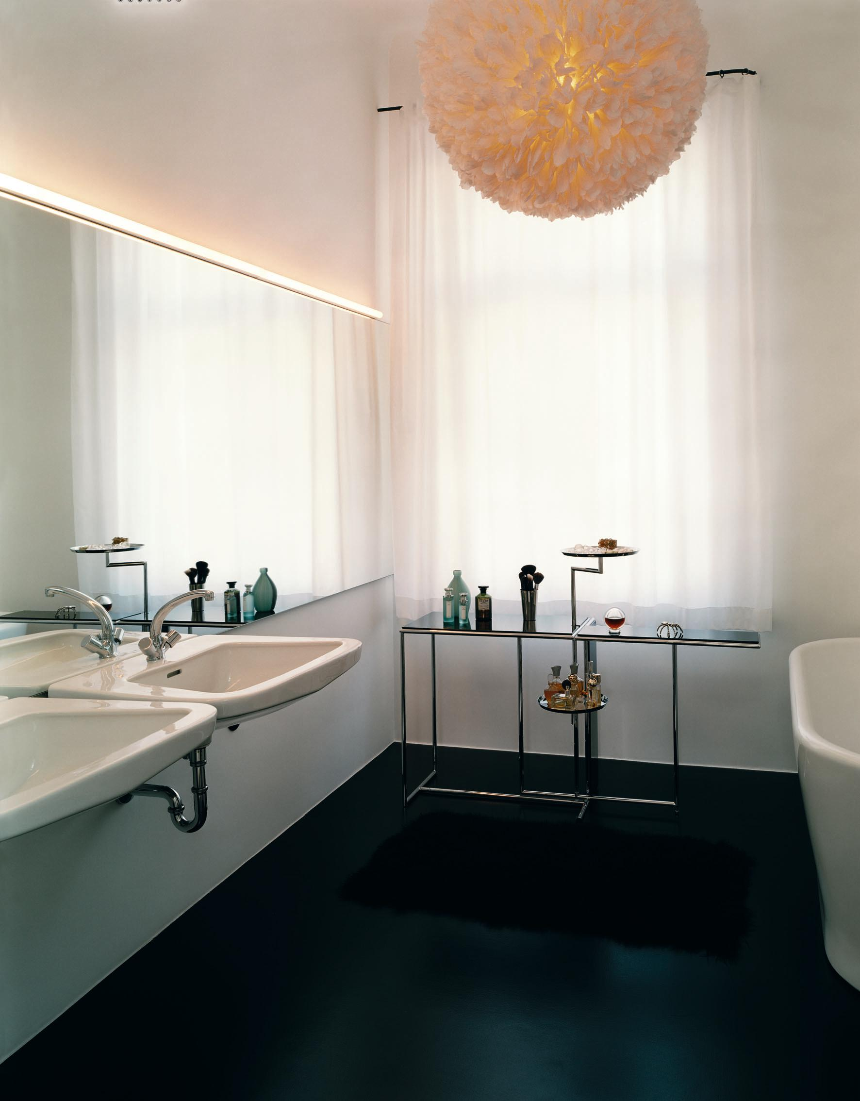 """Rivoli""-Teetisch und Kugelleuchte im Badezimmer #badezimmerspiegel ©ClassiCon, Authorised by The Worldwide Licence Holder Aram Designs Ltd., London, Designer: Eileen Gray"