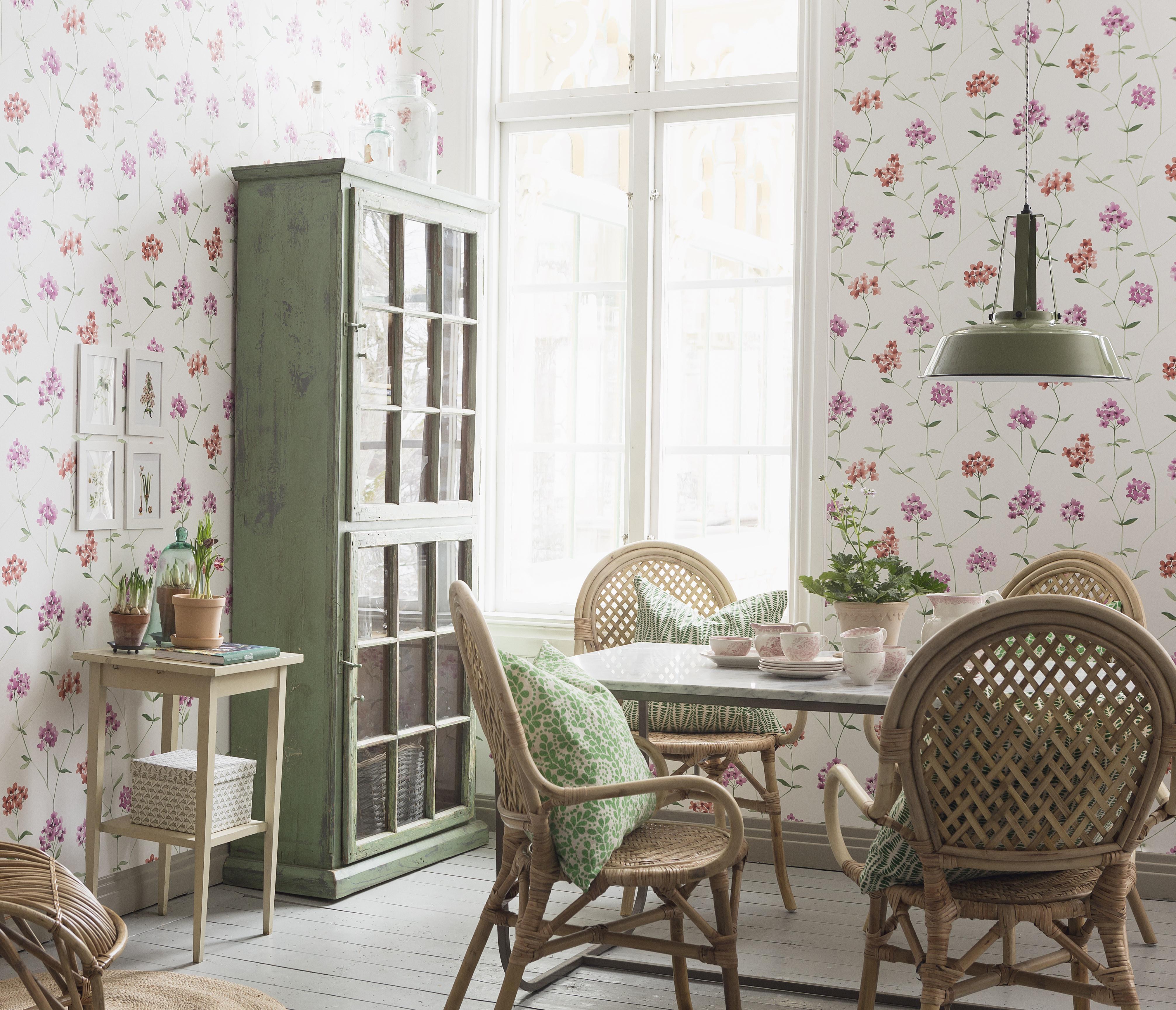 Romantischer Landhausstil Im Esszimmer #beistelltisch #esstisch # Landhausstil #mustertapete #sitzkissen #blumentapete
