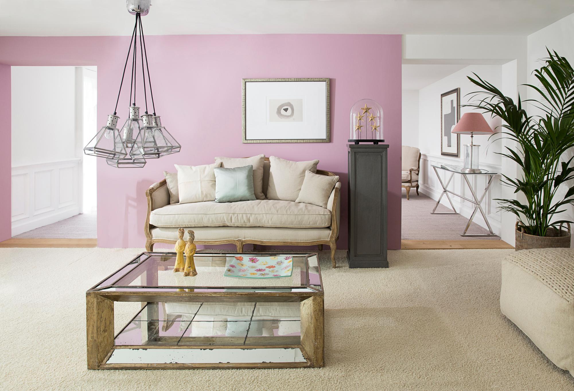 rosa wandfarbe bringt frische akzente couchtisch wohnzimmer pendelleuchte sofa glascouchtisch - Wandfarbe Wohnzimmer