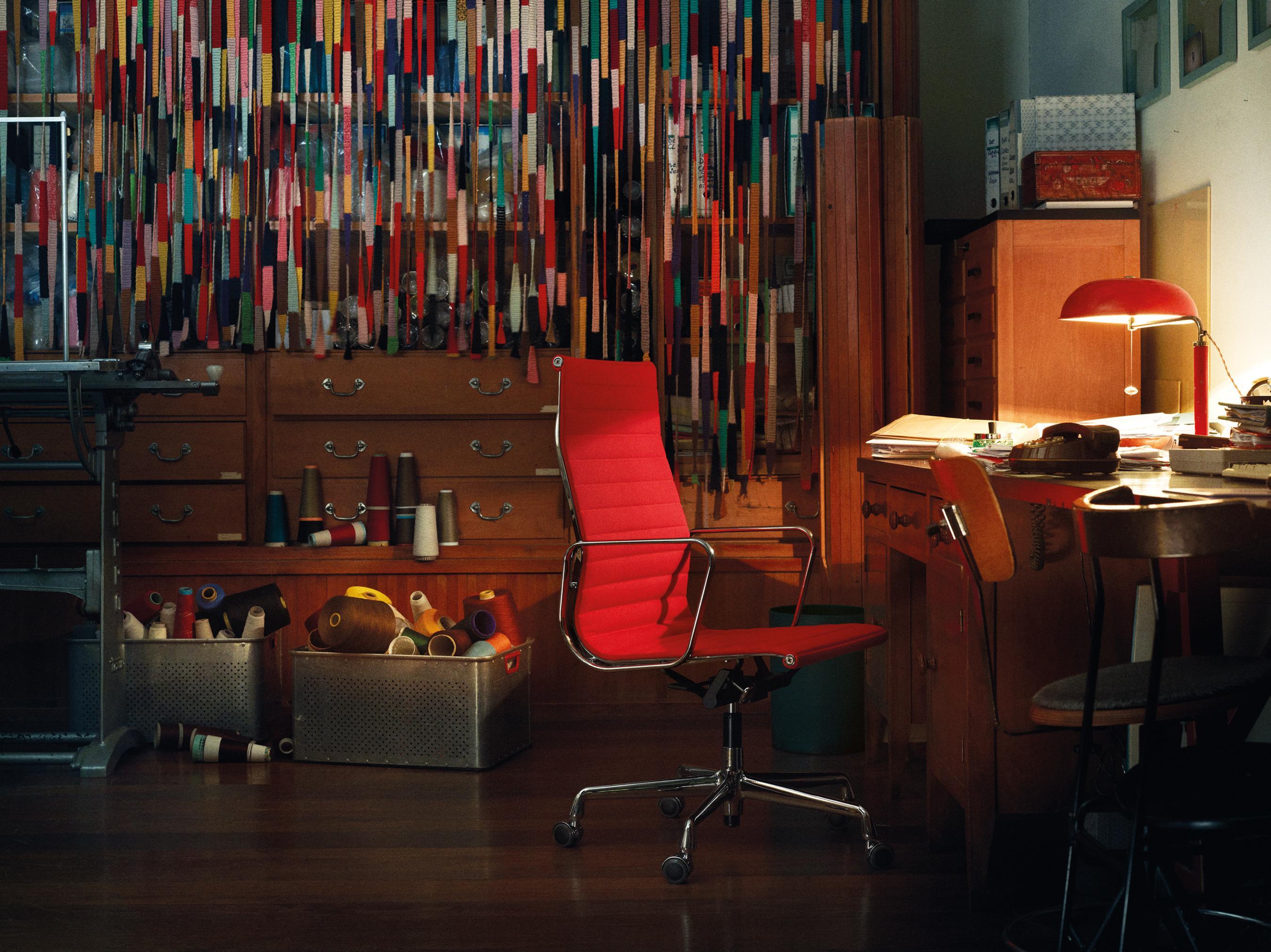 Roter Eames Schreibtischstuhl #arbeitsplatz #bücherregal #aufbewahrungsbox  ©Vitra/Florian Böhm,