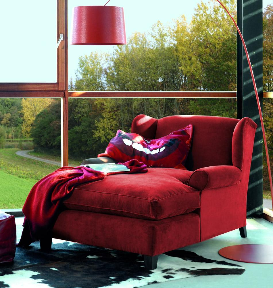 Rotes Ambiente mit Samt-Récamière #wohnzimmer #sessel #récamiere #kuhfell #leseecke #rotersessel ©Marie's Corner