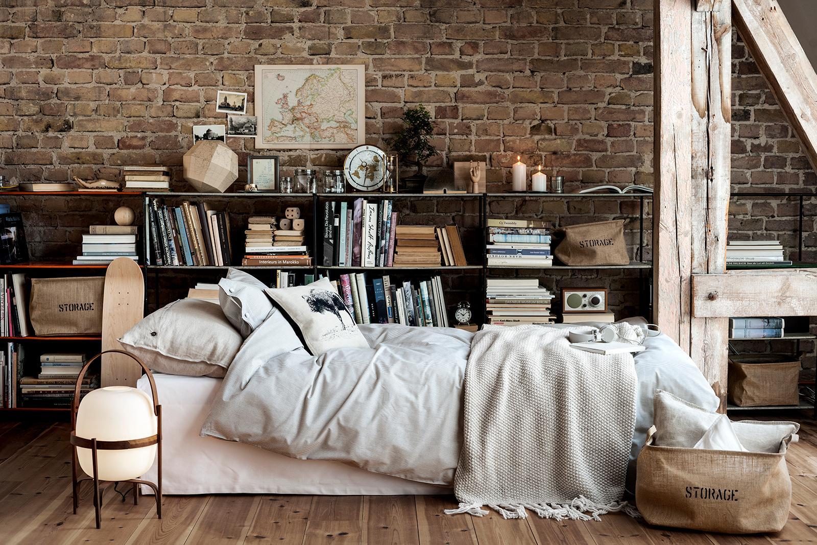 Rustikales Schlafzimmer rustikales schlafzimmer mit bücherwand dachbalken