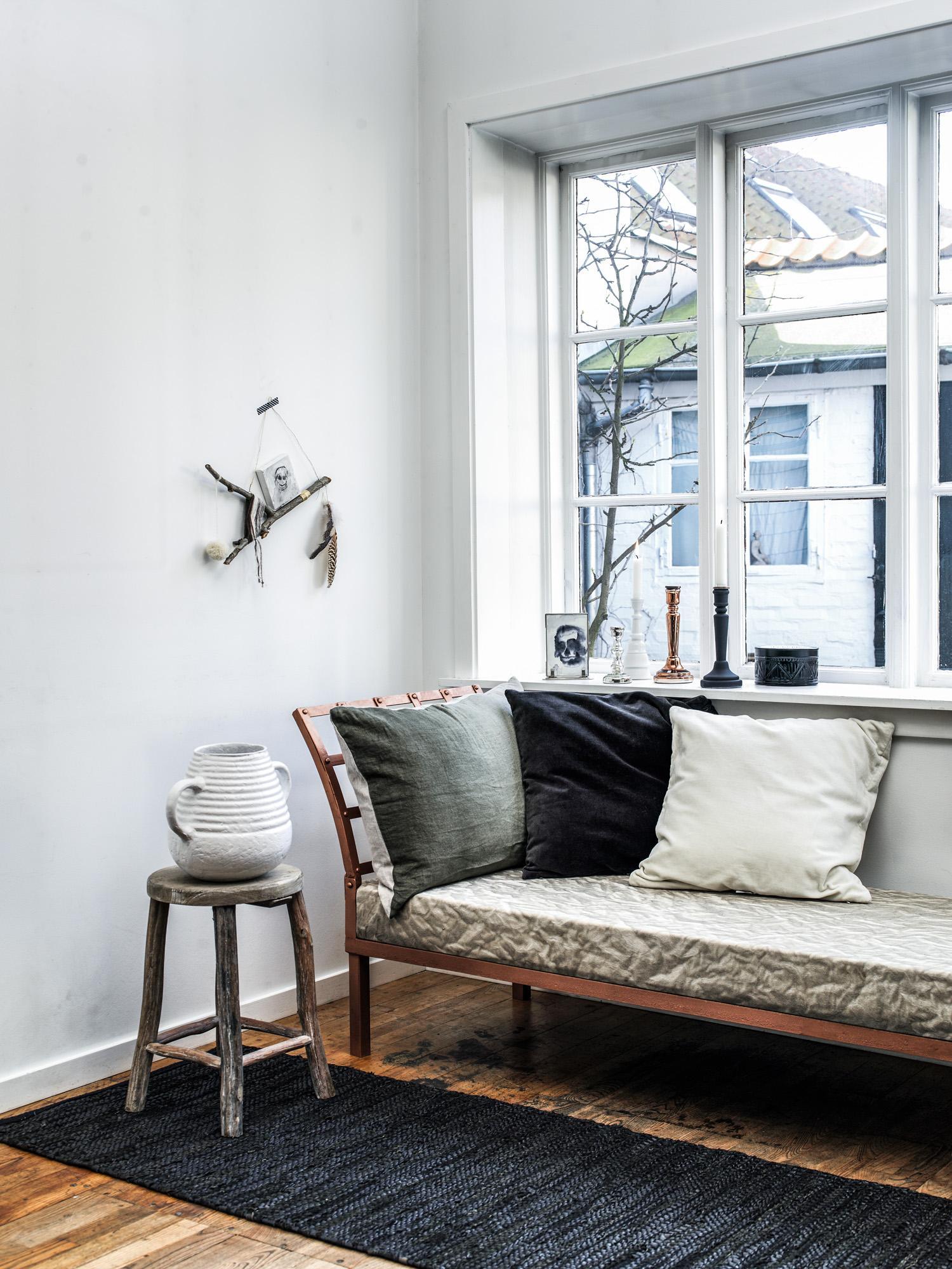 Rustikales Wohnzimmer #hocker #teppich #vase #wandge...