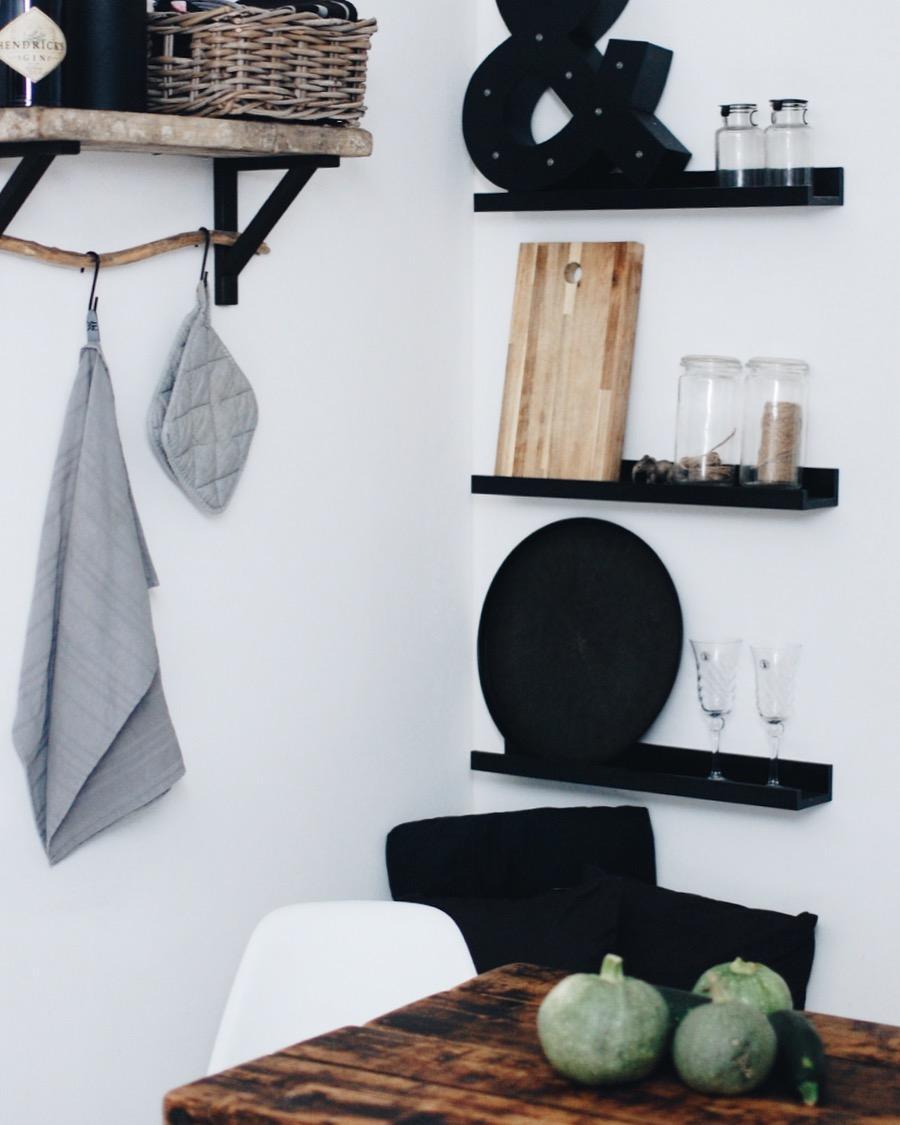5 zimmer in schwarz wei couch. Black Bedroom Furniture Sets. Home Design Ideas