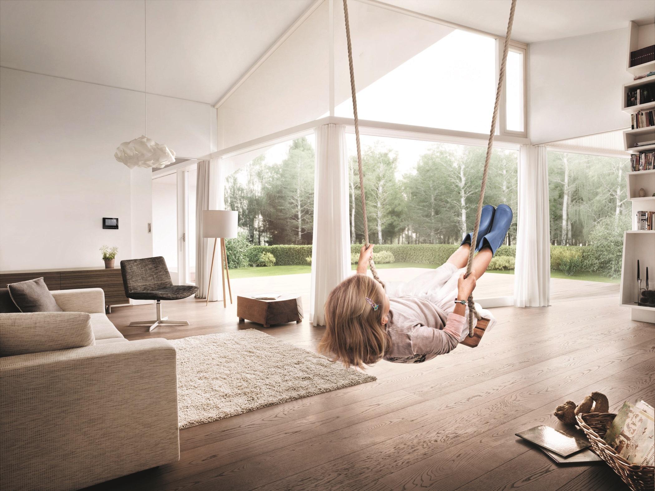 Schaukel Im Wohnzimmer Wohnzimmergestaltung Smarthome Panoramafenster Moderneswohnzimmer CBUSCH
