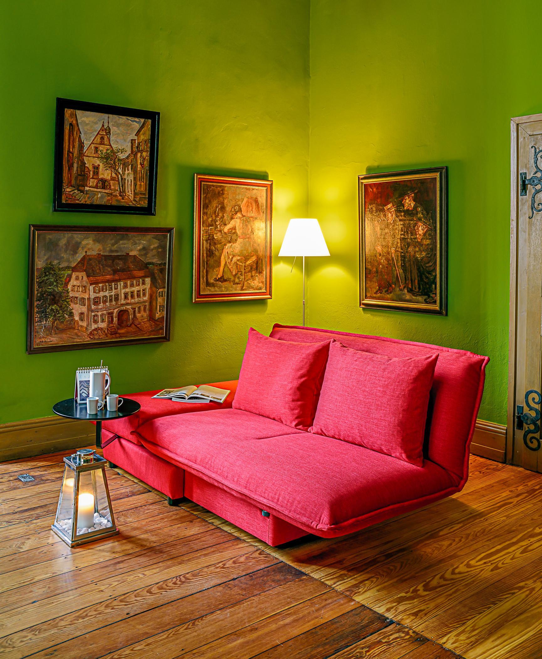 Schlafsofa In Rot Beistelltisch Wohnzimmer Stehlampe Sofa Lampe Rotessofa