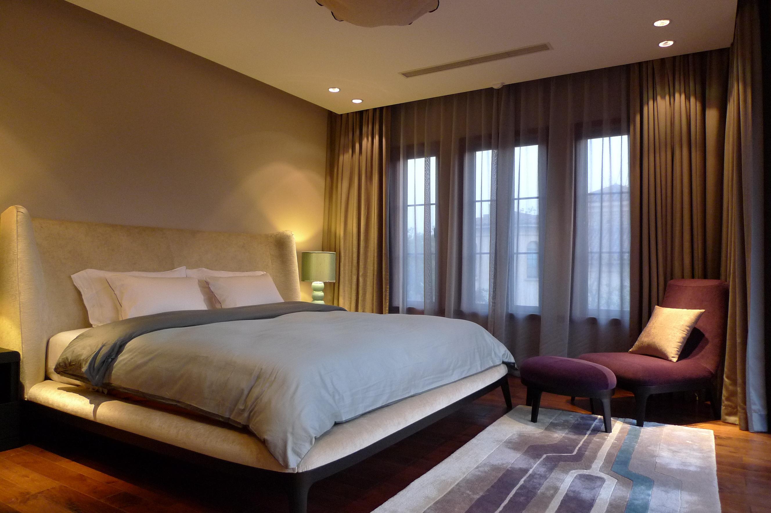 Schlafzimmer #bett #teppich #sessel #tagesdecke #kis...