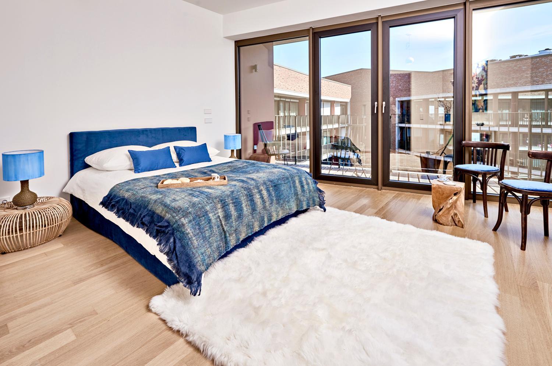 Schlafzimmer #blau # Fellteppich # antiker Stuhl #N...