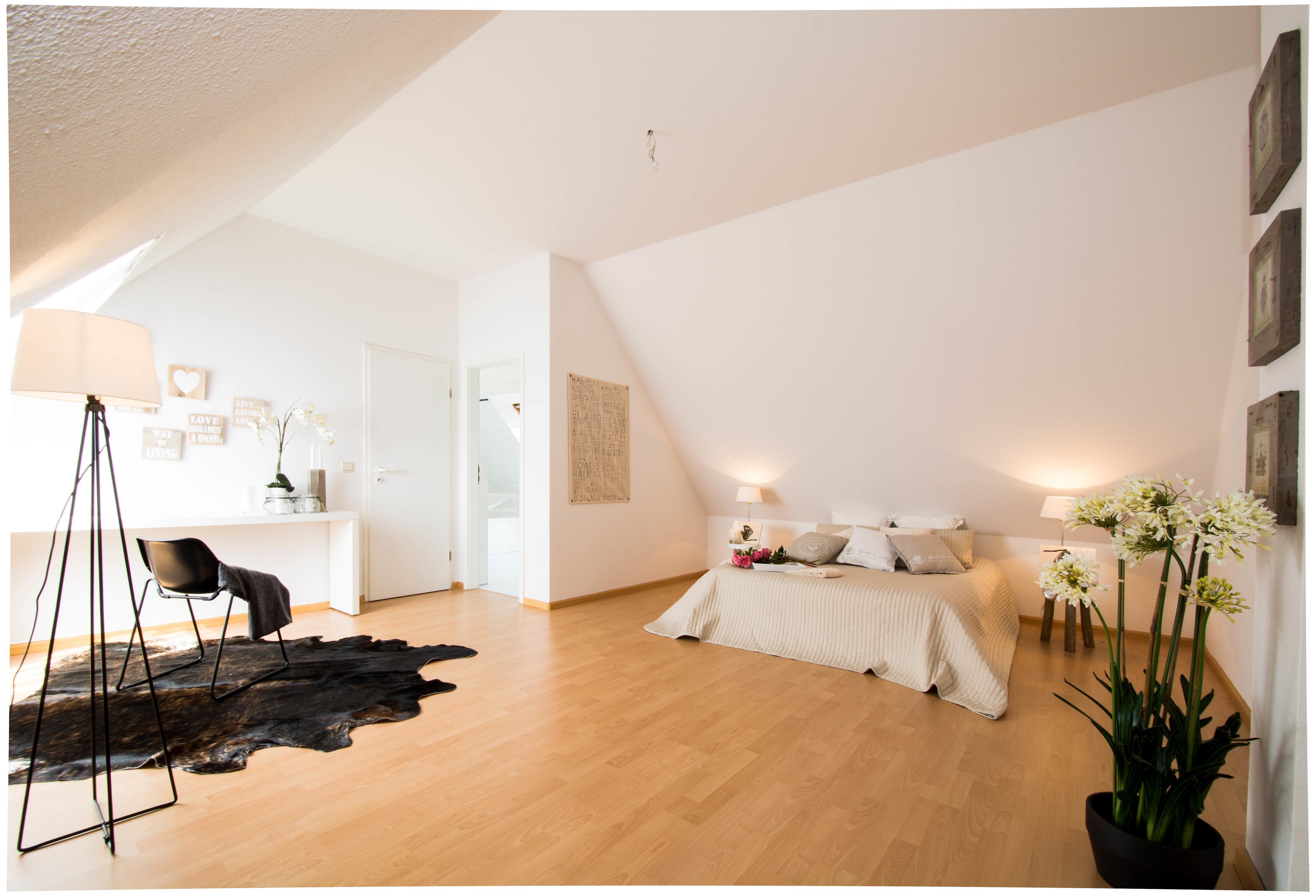 Schlafzimmer #dachschräge #bett #wandfarbe #stehlampe #tagesdecke #laminat  #konsolentisch #