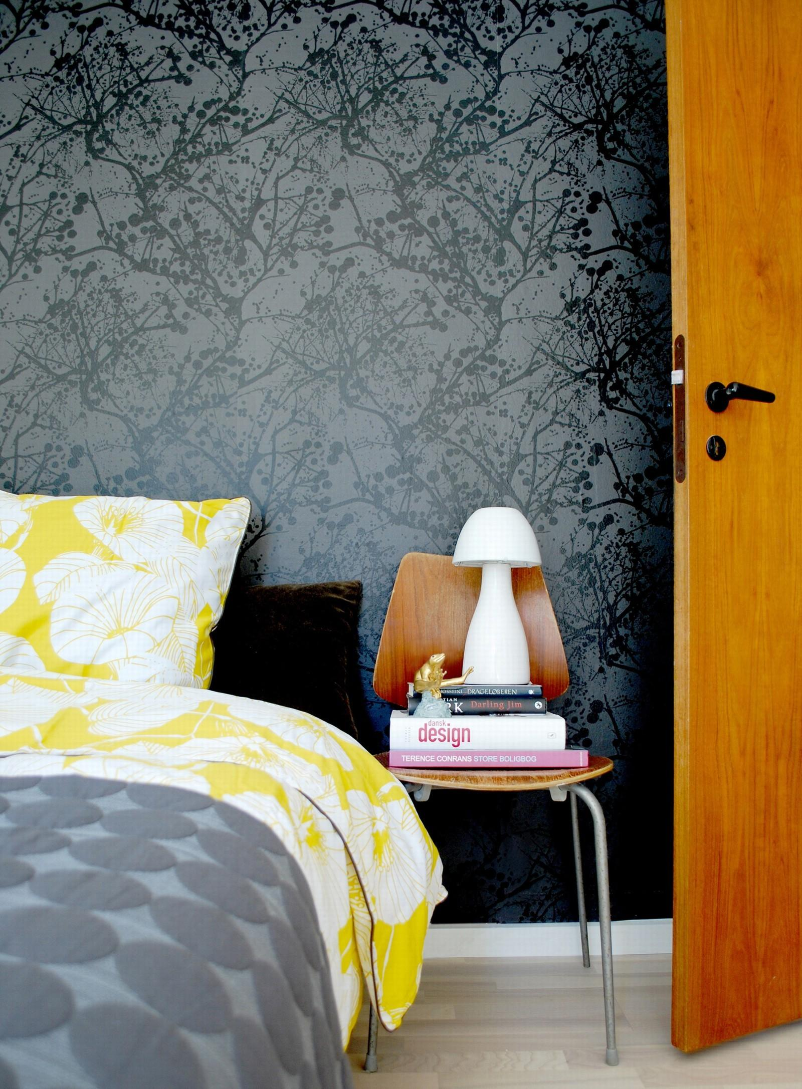 Schlafzimmer gestalten mit einer schwarzen Tapete #s...