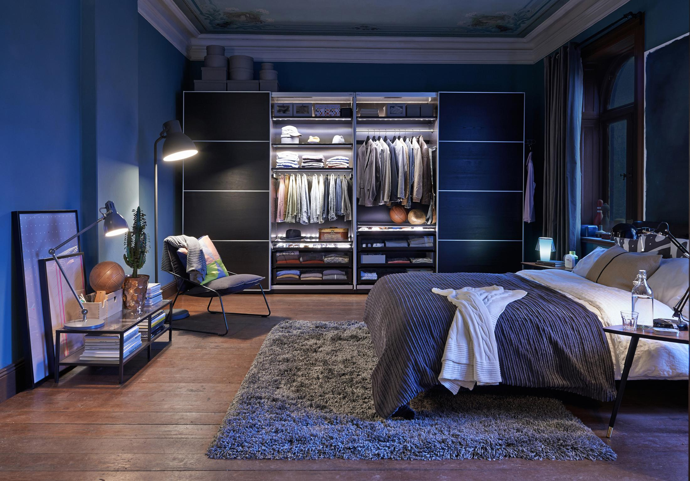 schlafzimmer in blau beistelltisch bett teppich. Black Bedroom Furniture Sets. Home Design Ideas