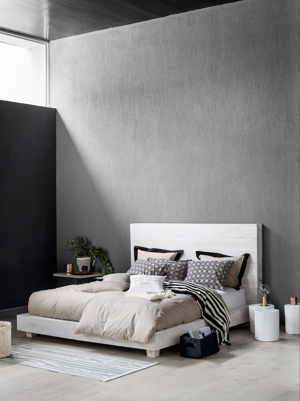 Schlafzimmer in Grau gestalten #bett #hocker #teppic...