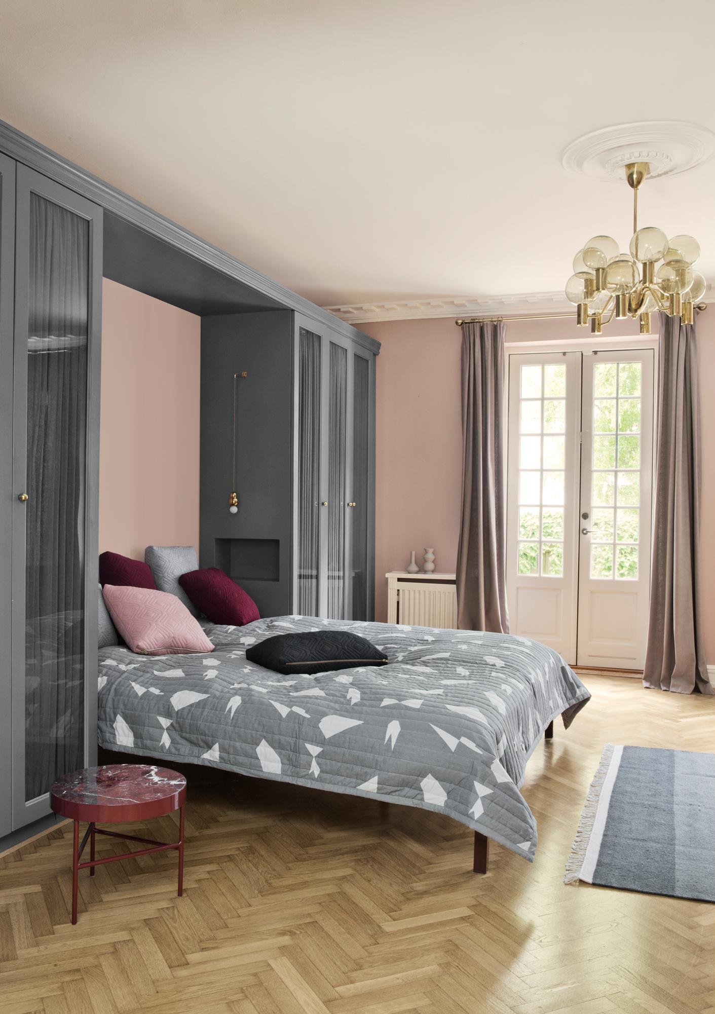 Schlafzimmer In Grau Rosa #kronleuchter #klappbett #grauewandfarbe  #schlafzimmergestalten ©Ferm Living