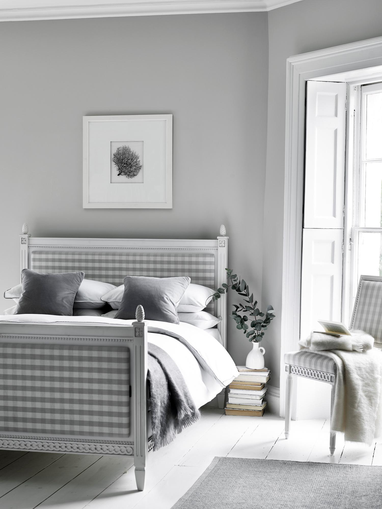 Captivating Schlafzimmer In Grau Weiß #stuhl #dielenboden #landhausstil  #zimmergestaltung ©Neptune
