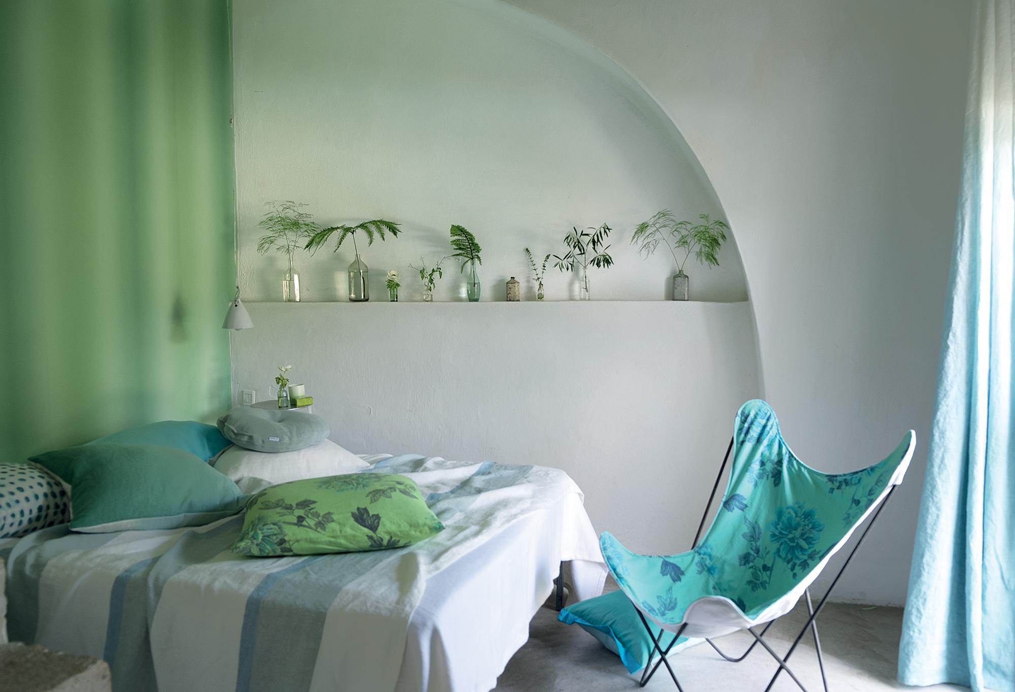 Schlafzimmer In Pastelltönen #bett #wandgestaltung #liegestuhl  #raumgestaltung ©Designers Guild