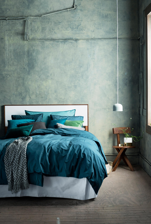 schlafzimmer in petrol stuhl bett bettw sche tag. Black Bedroom Furniture Sets. Home Design Ideas