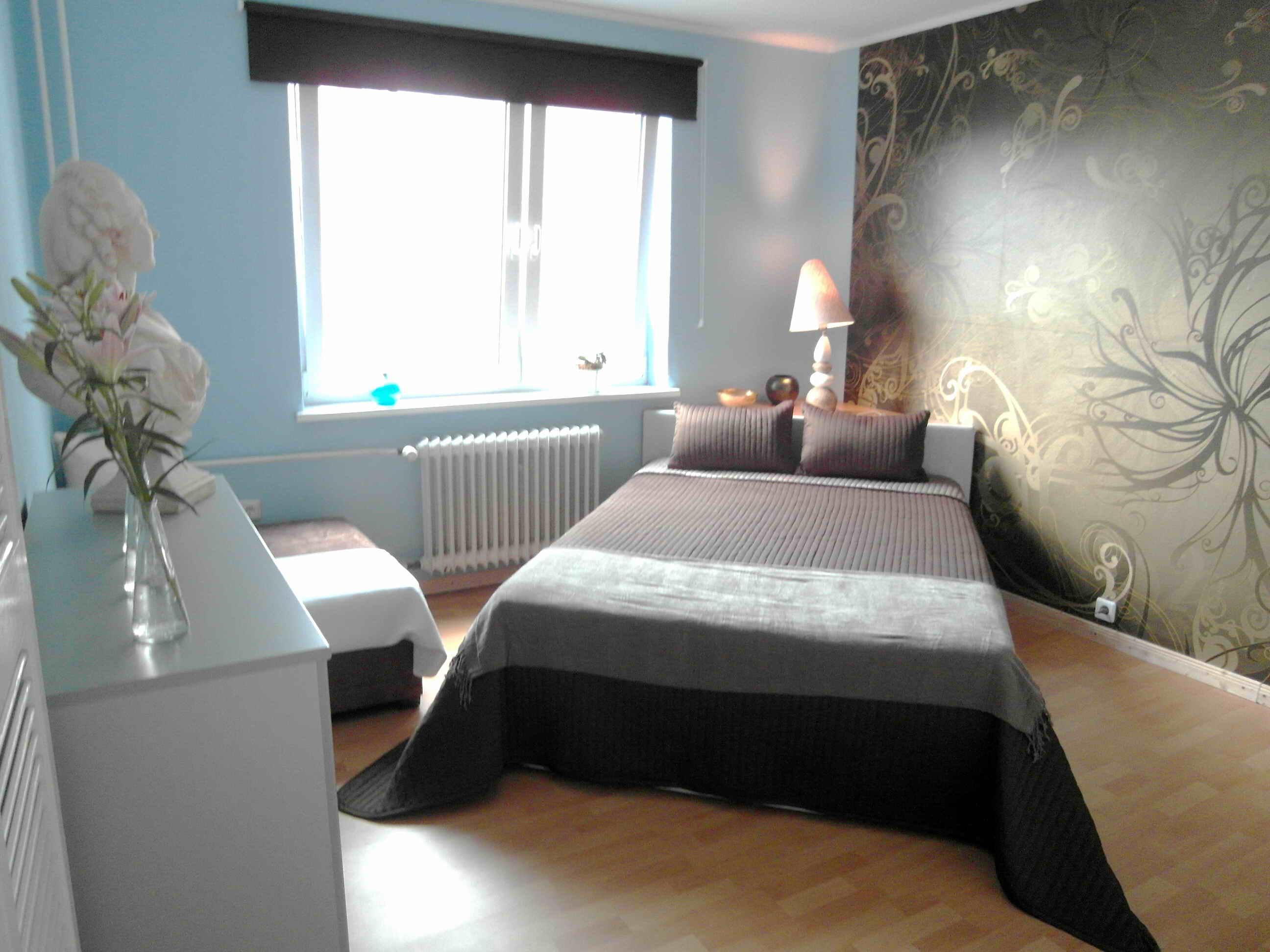 Schlafzimmer In Ruhigen Farben #bett #tapetenmuster #blauewandfarbe  #grüntapete ©artenstein