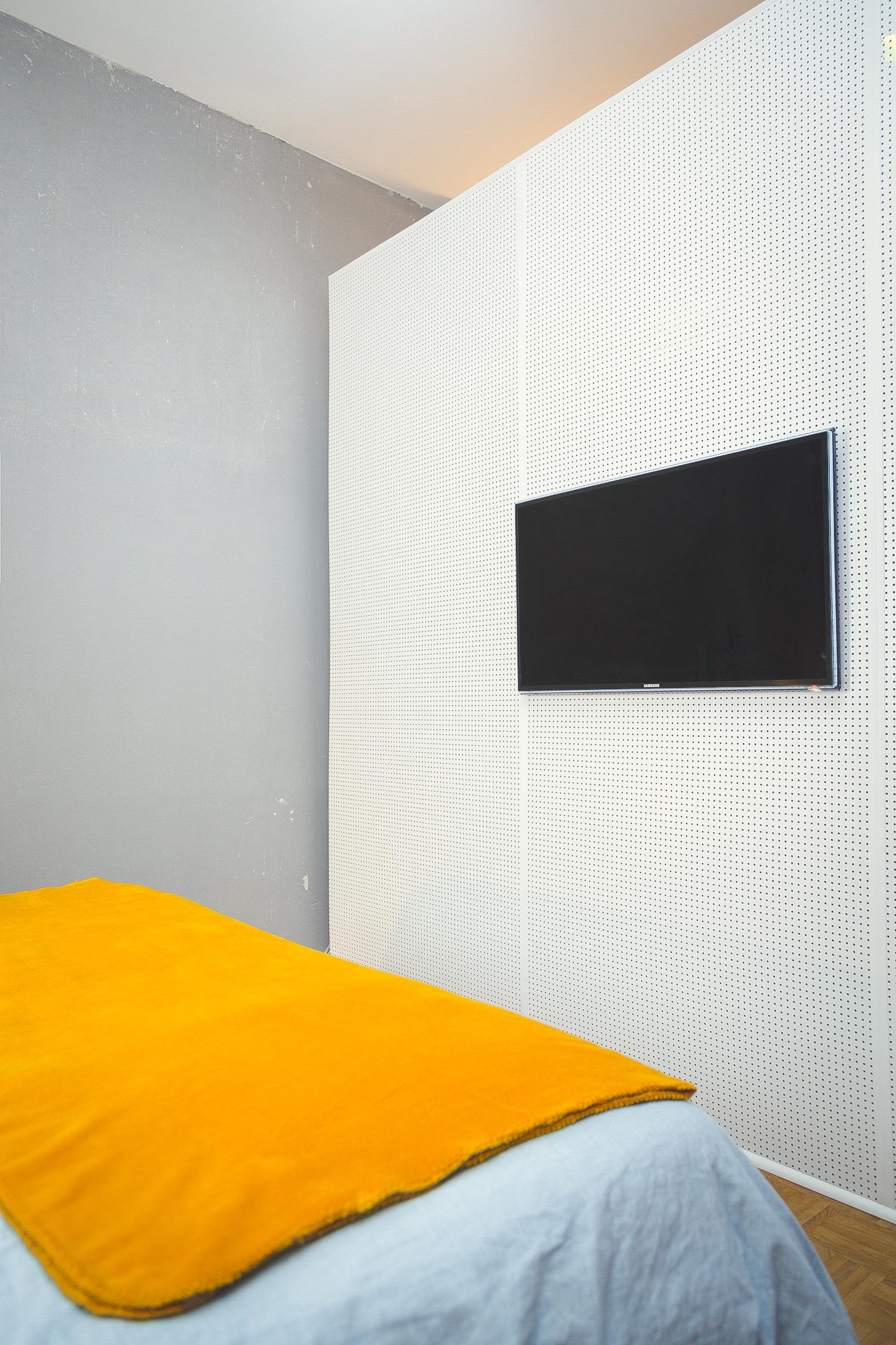schlafzimmer lochwand tv r ckwand pax ikea ha. Black Bedroom Furniture Sets. Home Design Ideas